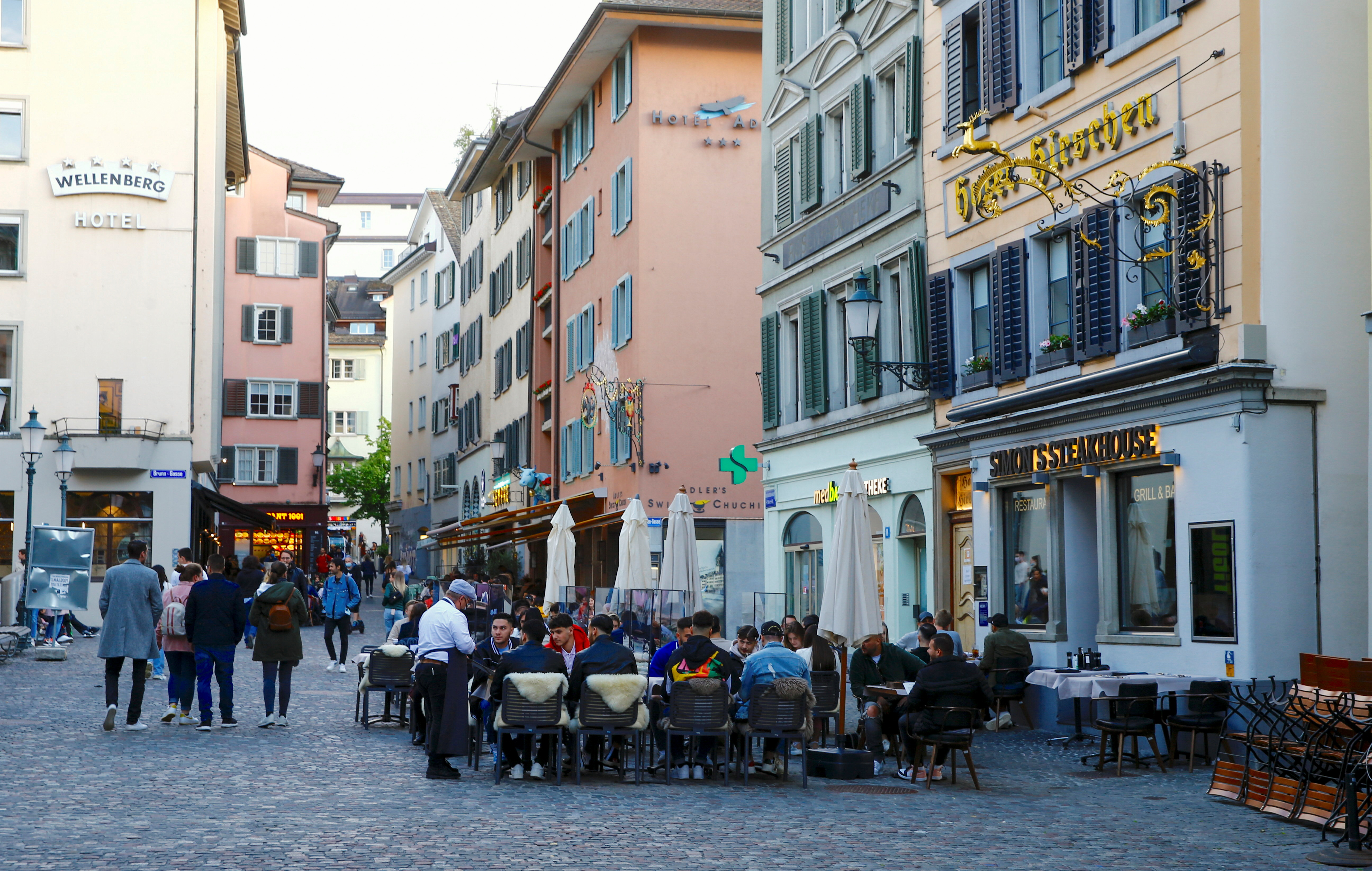 Guests sit outside of a restaurant, as the spread of the coronavirus disease (COVID-19) continues, in the old town of Zurich, May 22, 2021. Picture taken May 22, 2021.  REUTERS/Arnd Wiegmann
