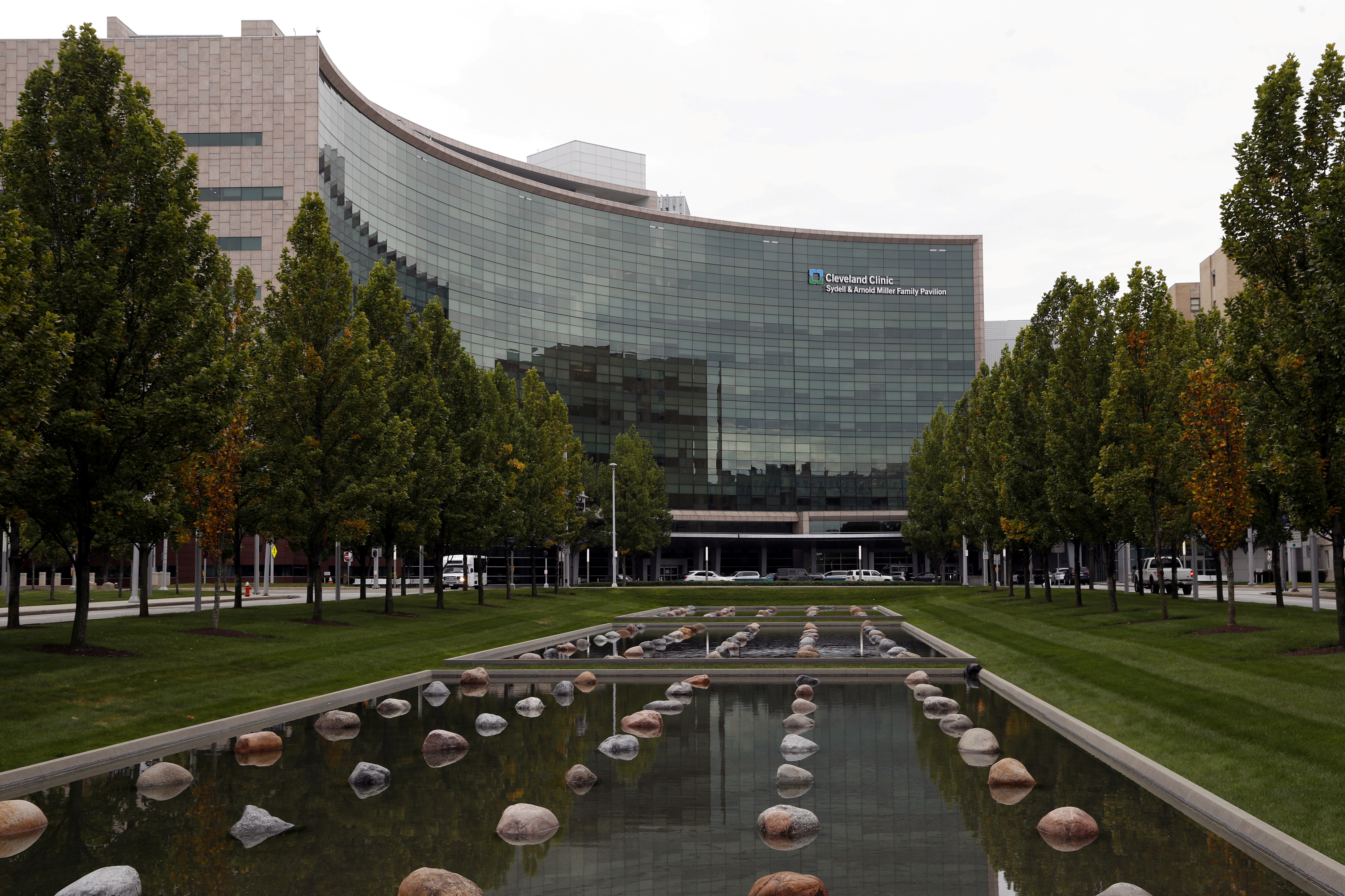 The Cleveland Clinic medical center is seen in Cleveland, Ohio, U.S. October 4, 2020.  REUTERS/Aaron Josefczyk/File Photo