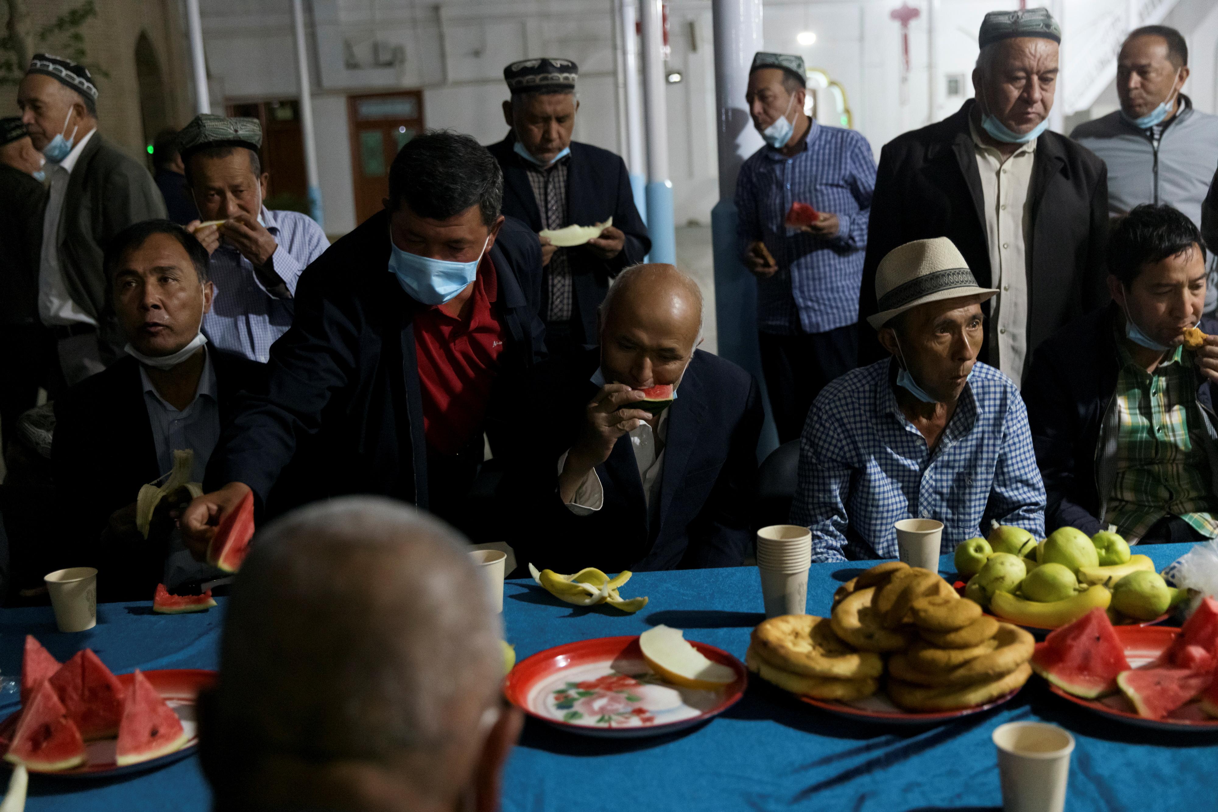 Muslims break their fast at Hotan Jiaman Mosque during the holy month of Ramadan in Hotan, Xinjiang Uyghur Autonomous Region, China, April 29, 2021. Picture taken April 29, 2021.  REUTERS/Thomas Peter