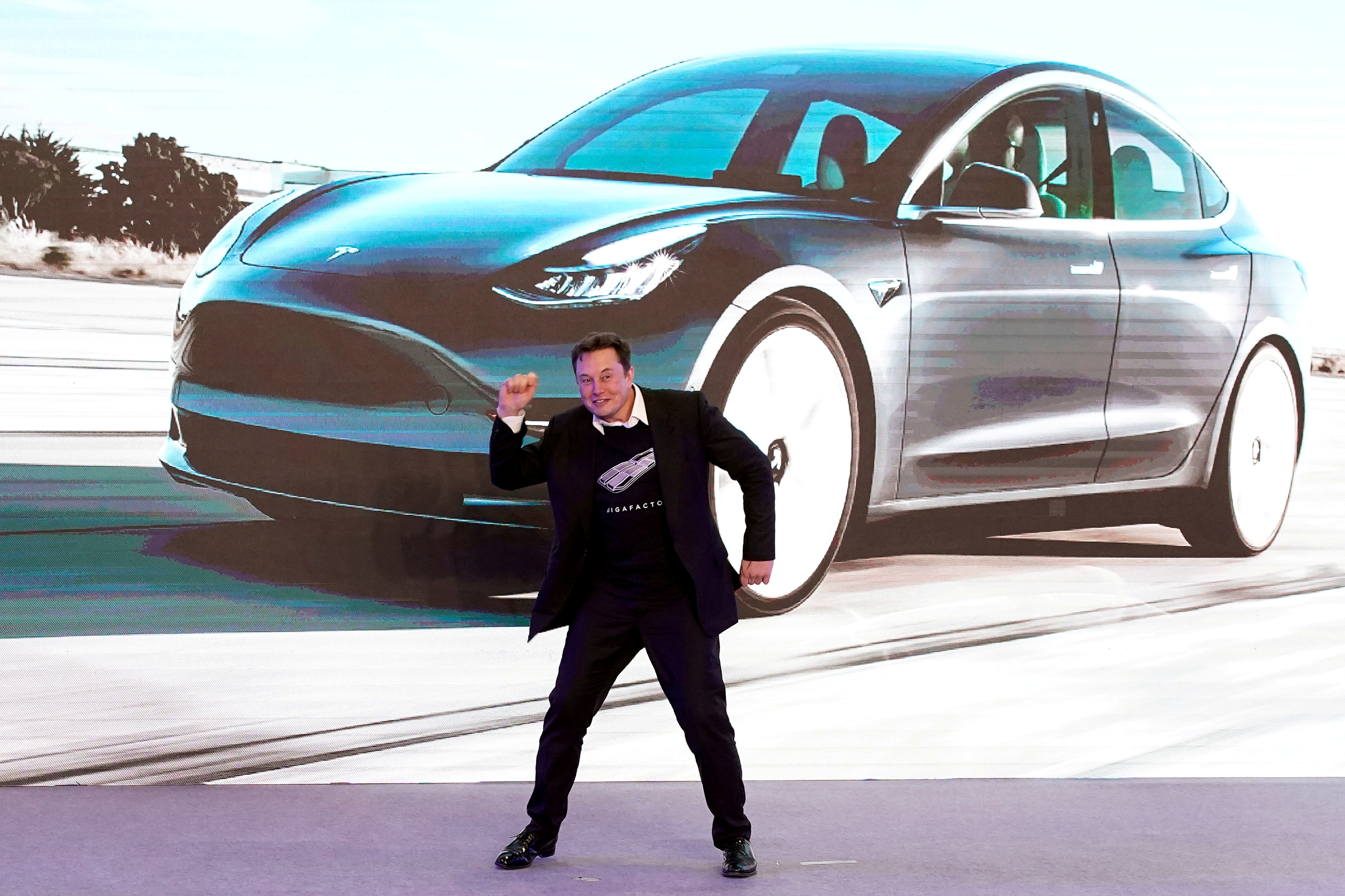 Tesla Inc CEO Elon Musk dances onstage during a delivery event for Tesla China-made Model 3 cars in Shanghai, China January 7, 2020./File Photo