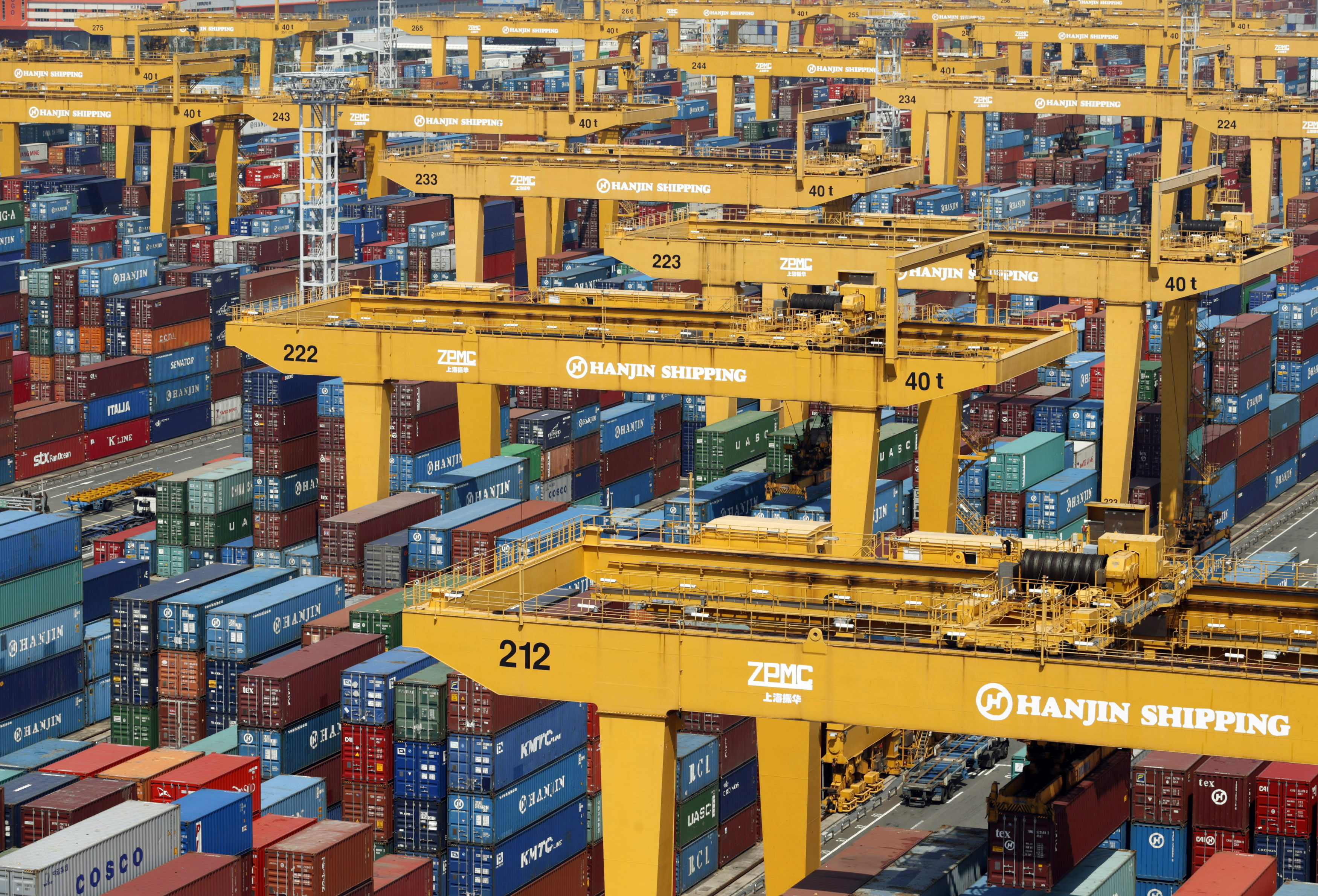 Hanjin Shipping's container terminal is seen at the Busan New Port in Busan, about 420 km (261 miles) southeast of Seoul, August 8, 2013. REUTERS/Lee Jae-Won