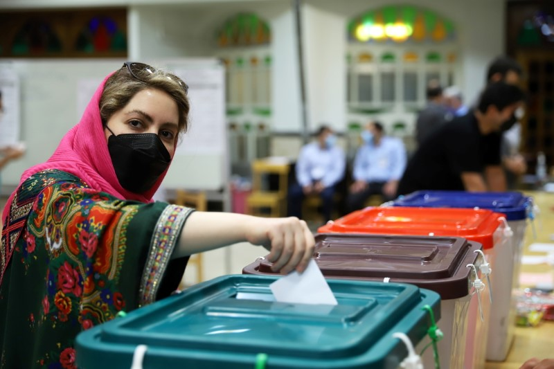 An Iranian woman casts her vote during the presidential election at a polling station in Tehran, Iran June 18, 2021. Majid Asgaripour/WANA (West Asia News Agency) via REUTERS
