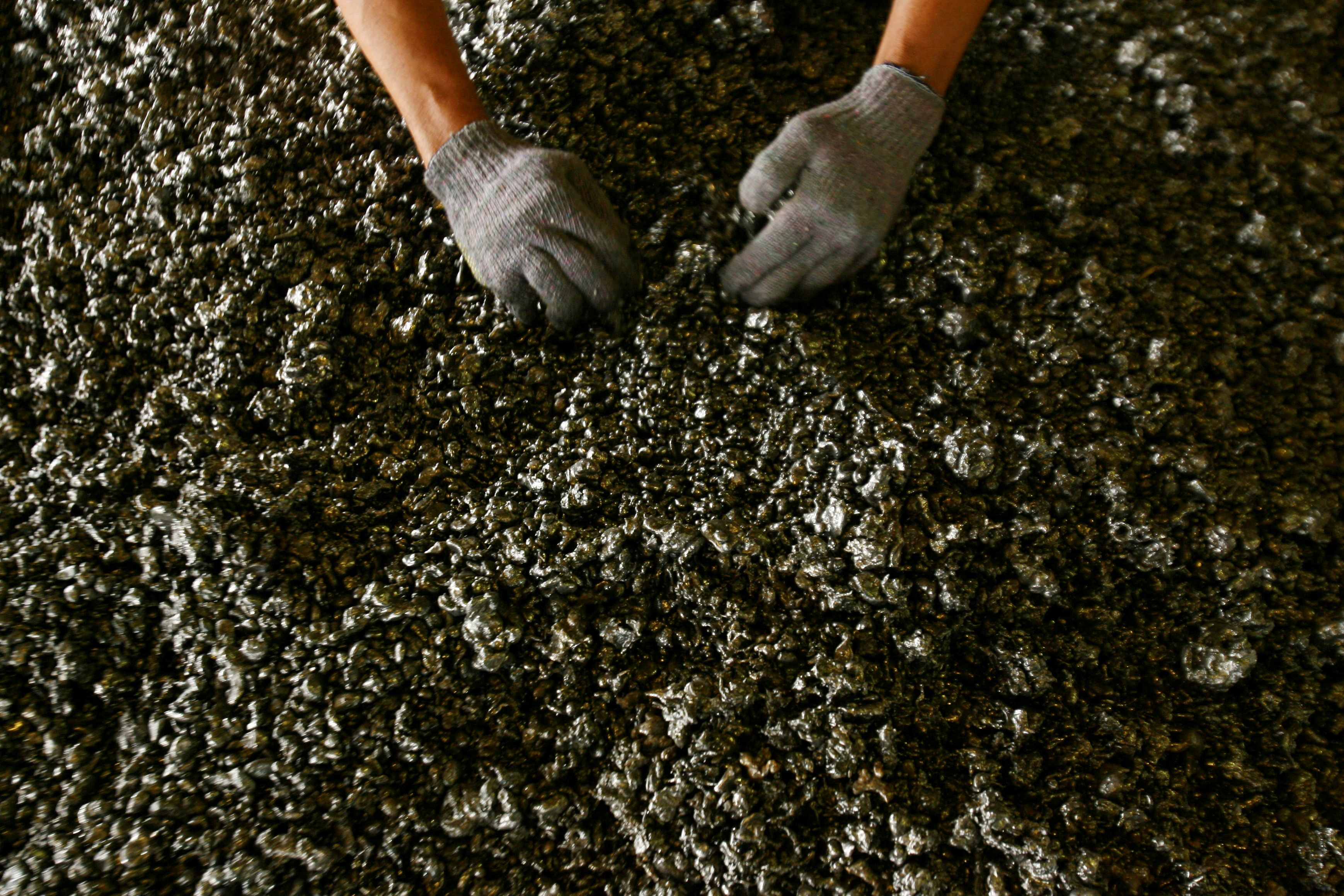 A worker displays nickel ore in a ferronickel smelter owned by state miner Aneka Tambang Tbk at Pomala district, Indonesia, March 30, 2011.   REUTERS/Yusuf Ahmad
