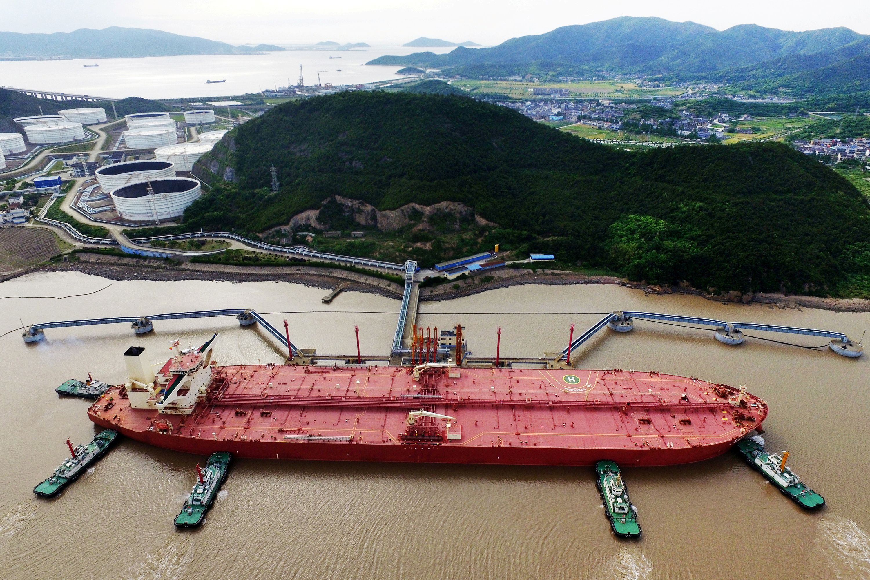 A VLCC oil tanker is seen at a crude oil terminal in Ningbo Zhoushan port, Zhejiang province, China May 16, 2017. Picture taken May 16, 2017. REUTERS/Stringer/File Photo