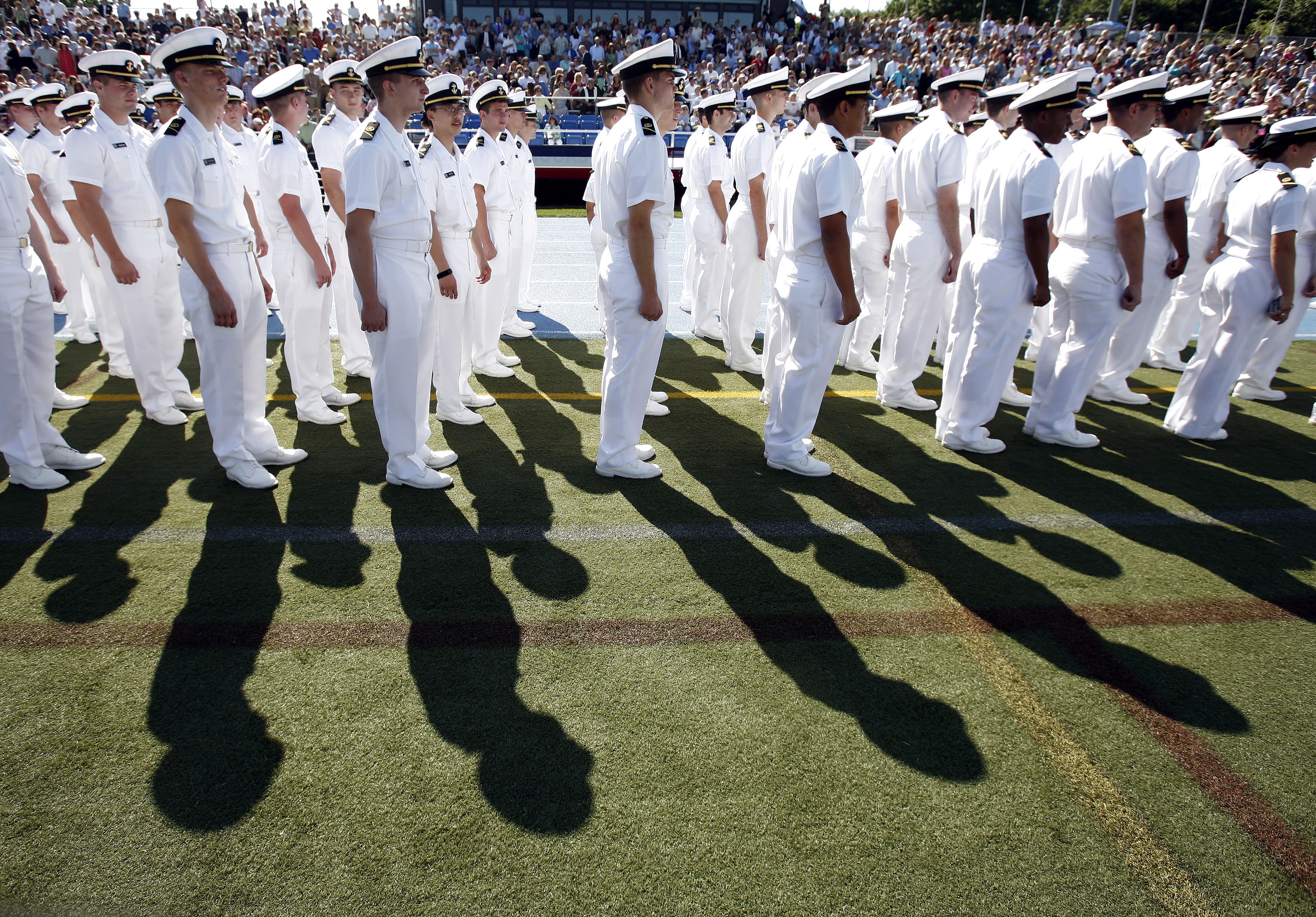 Midshipmen stand at attention as the 2007 graduating class of the United States Merchant Marine Academy arrivee.    REUTERS/Shannon Stapleton (UNITED STATES)