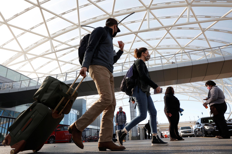 Passengers depart Hartsfield–Jackson Atlanta International Airport ahead of the Thanksgiving holiday during the coronavirus disease (COVID-19) pandemic, in Atlanta, Georgia, U.S., November 23, 2020.  REUTERS/Chris Aluka Berry