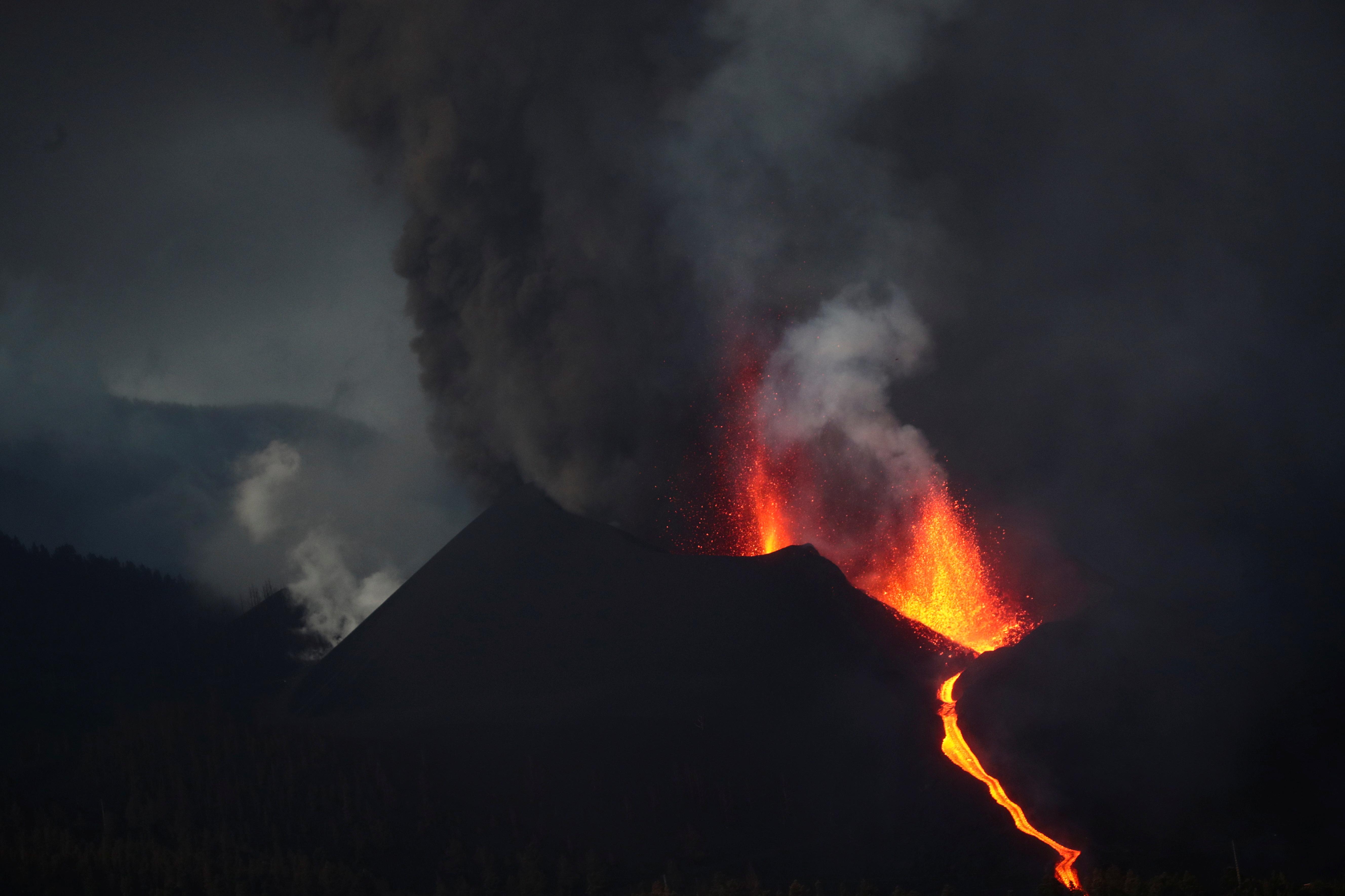 O vulcão Cumbre Vieja expele lava e fumaça enquanto continua a entrar em erupção nas ilhas Canárias de La Palma, visto de Tacande, Espanha, 12 de outubro de 2021. REUTERS / Sergio Perez
