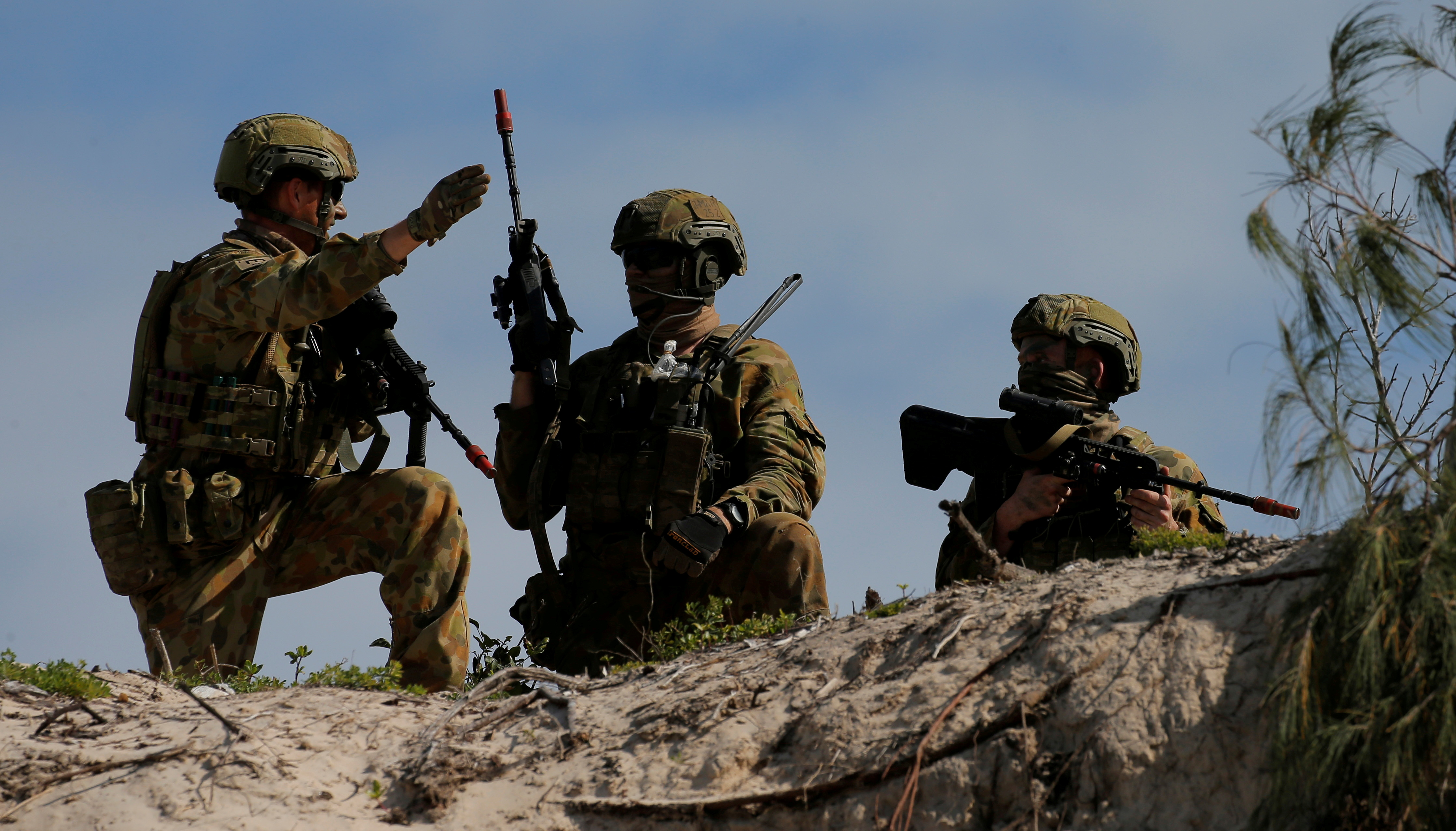 Soldiers from the Australian Army's 3rd Brigade guard Langham Beach after an amphibious assault landing during the Talisman Saber joint military exercises between Australia and the United States in Queensland, northeast Australia, July 13, 2017.  REUTERS/Jason Reed/File Photo