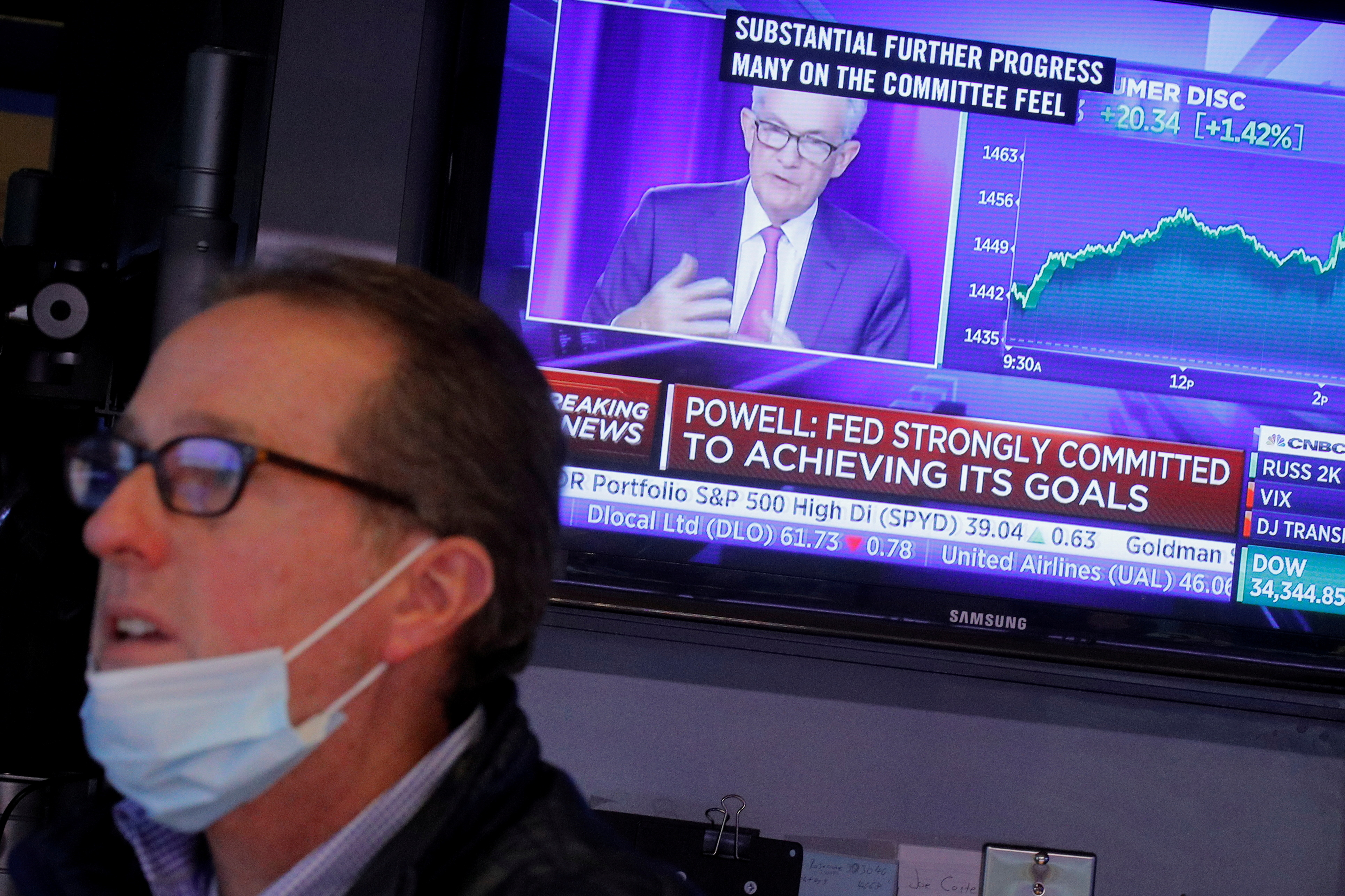 A screen displays a statement by Federal Reserve Chair Jerome Powell following the U.S. Federal Reserve's announcement as a trader works on the trading floor of the New York Stock Exchange (NYSE) in New York City, U.S., September 22, 2021.  REUTERS/Brendan McDermid/File Photo