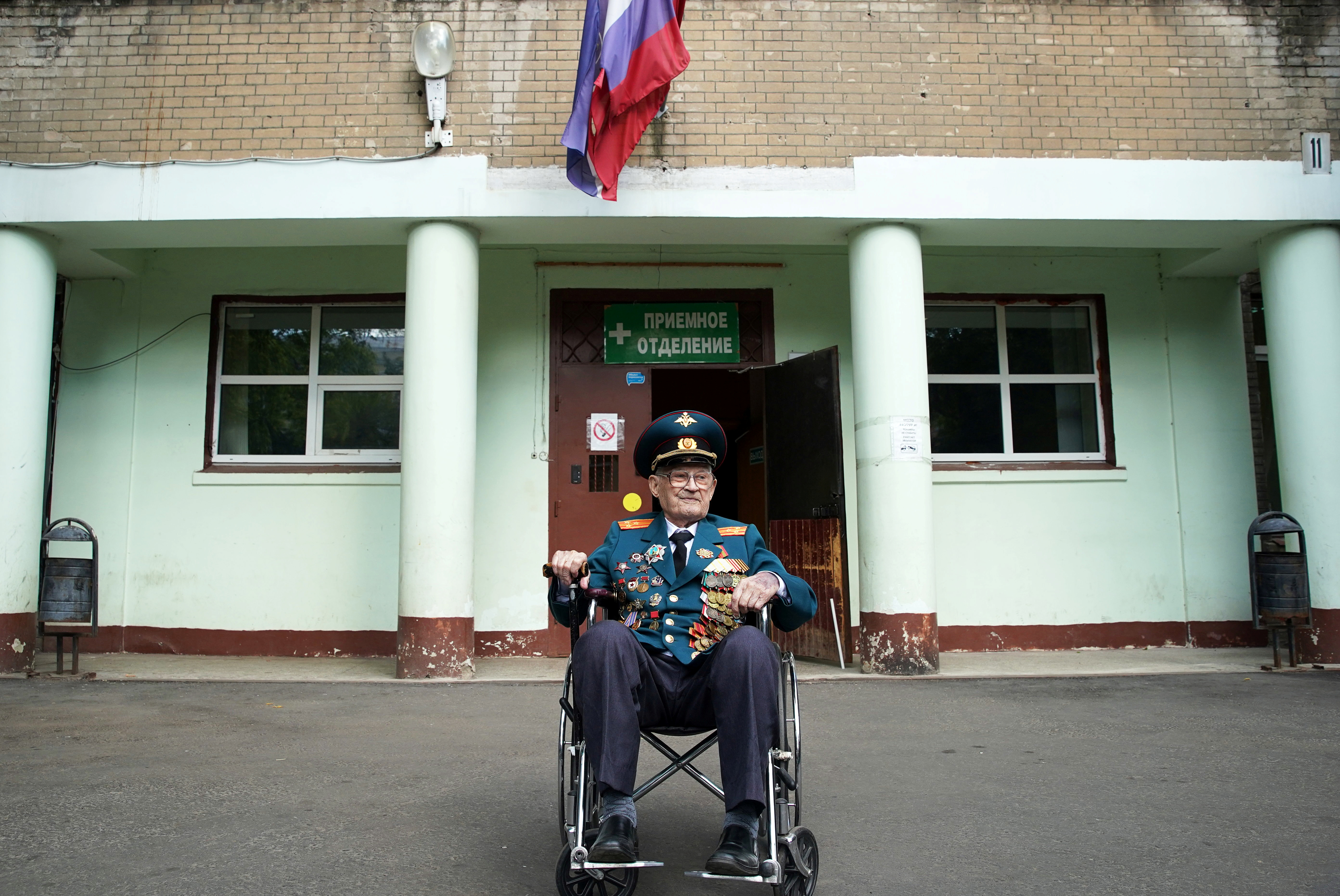 World War Two veteran Nikolay Bagayev, 102, leaves a hospital after being treated for the coronavirus disease (COVID-19) and discharged, in Korolyov, Moscow region, Russia July 22, 2021.  REUTERS/Tatyana Makeyeva