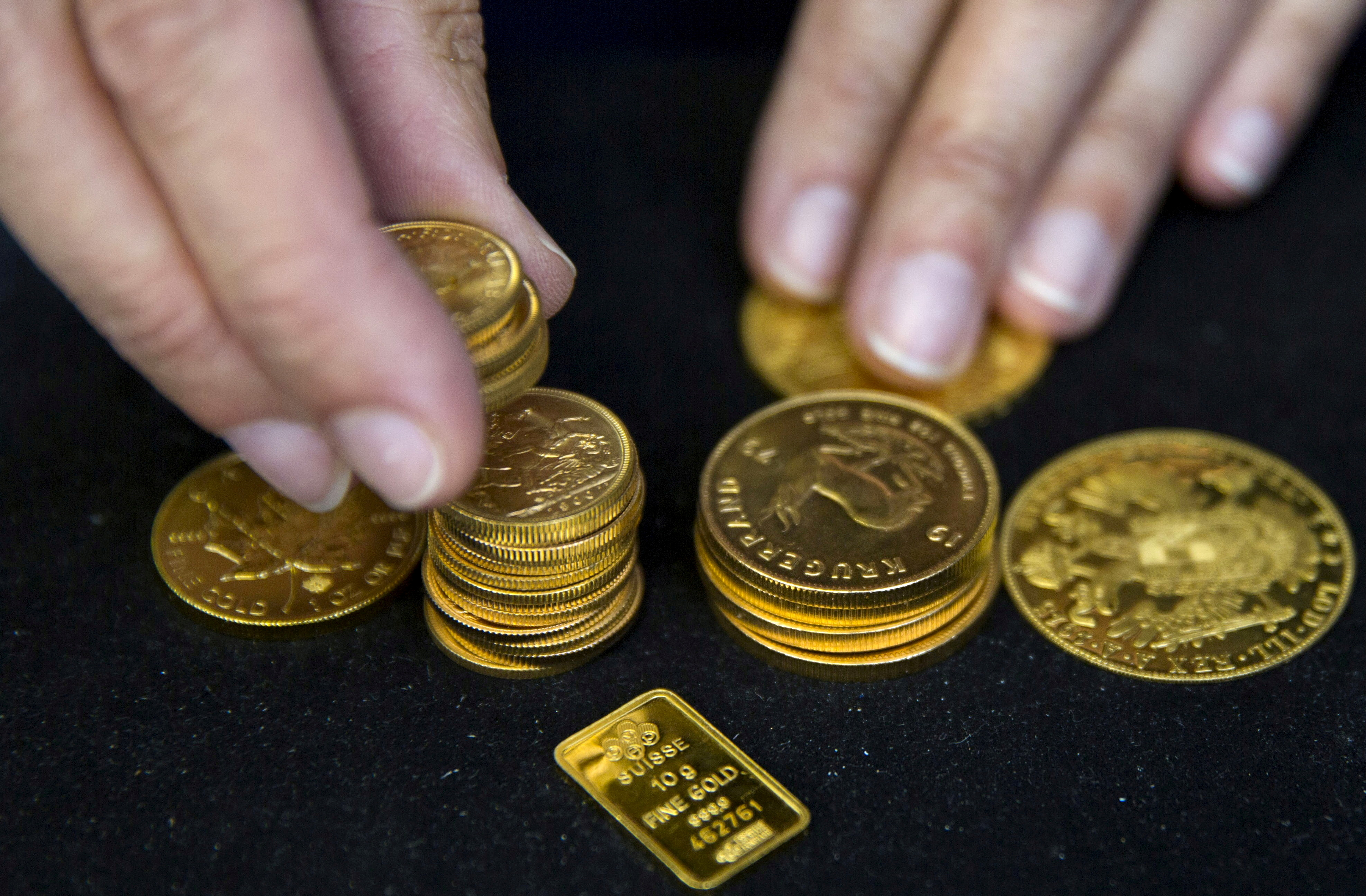 A worker places gold bullion on display at Hatton Garden Metals precious metal dealers in London, Britain July 21, 2015. REUTERS/Neil Hall/File Photo