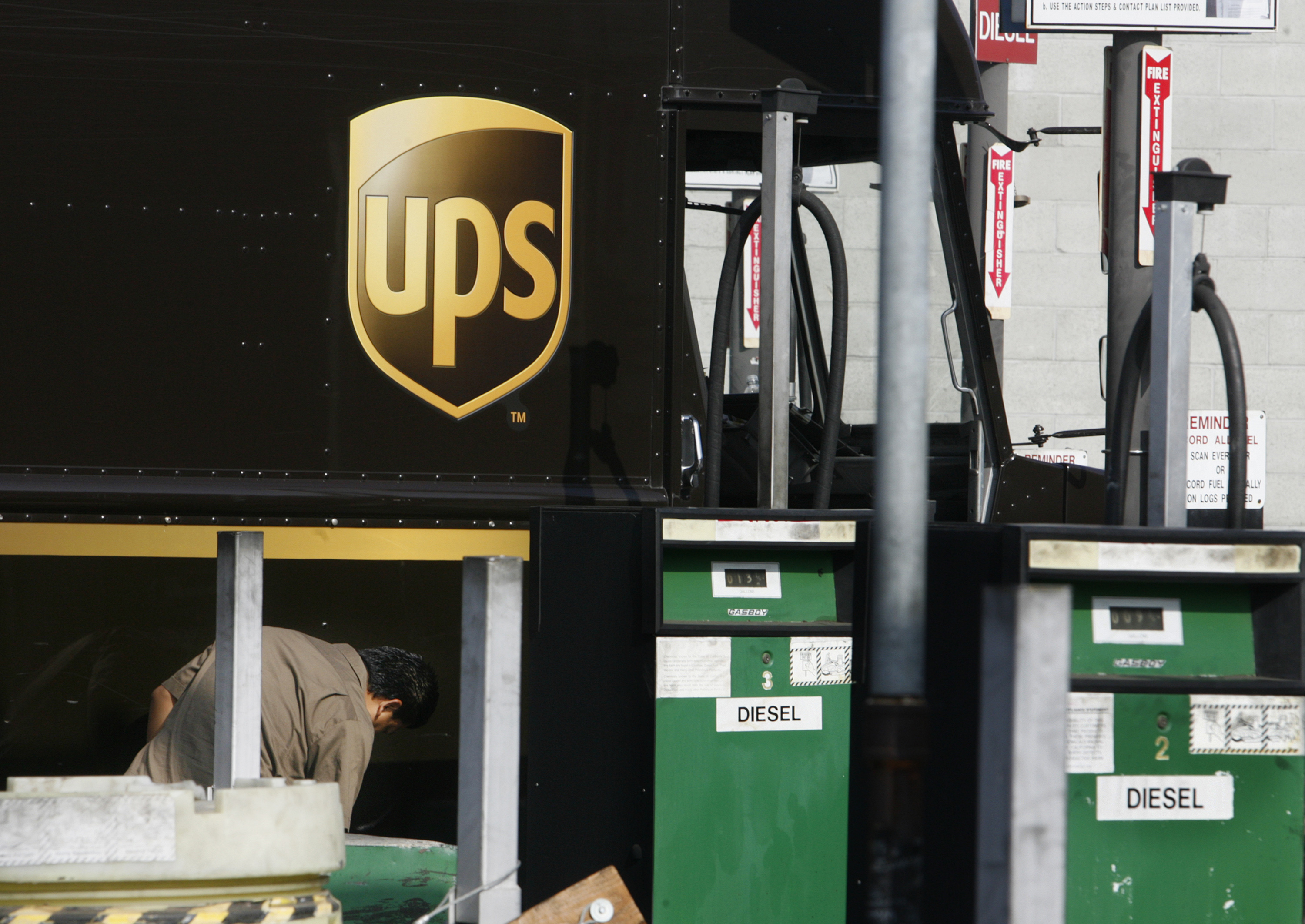 A United Parcel Service (UPS) employee checks his vehicle at a UPS diesel fuel pump facility in Los Angeles, California July 22, 2008. REUTERS/Fred Prouser