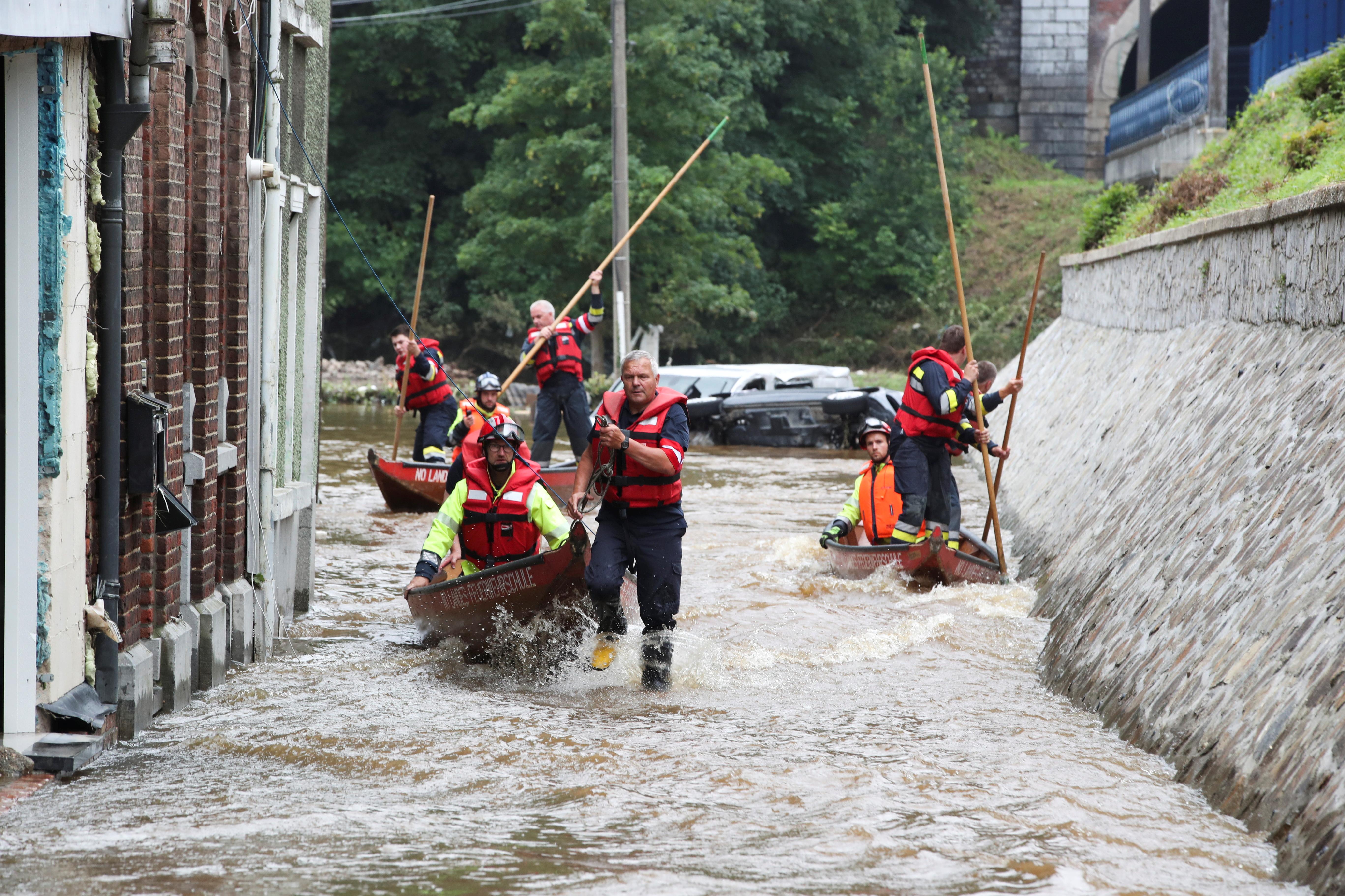 Membros da equipe de resgate austríaca usam seus barcos enquanto passam por uma área afetada por enchentes, após fortes chuvas, em Pepinster, Bélgica, em 16 de julho de 2021. REUTERS / Yves Herman