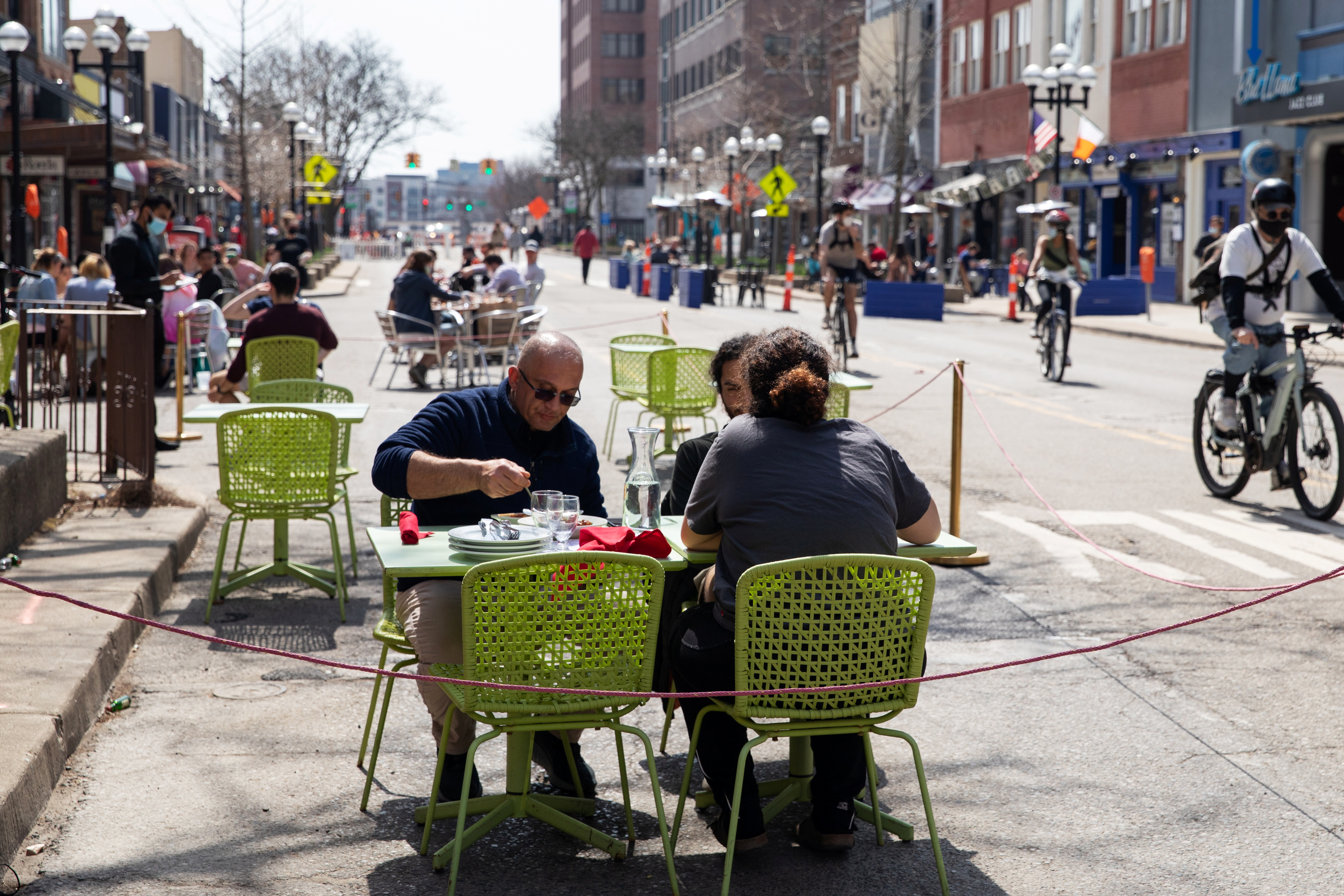 People crowd outdoor dining at a restaurant as coronavirus disease (COVID-19) restrictions are eased in Ann Arbor, Michigan, U.S., April 4, 2021.  REUTERS/Emily Elconin