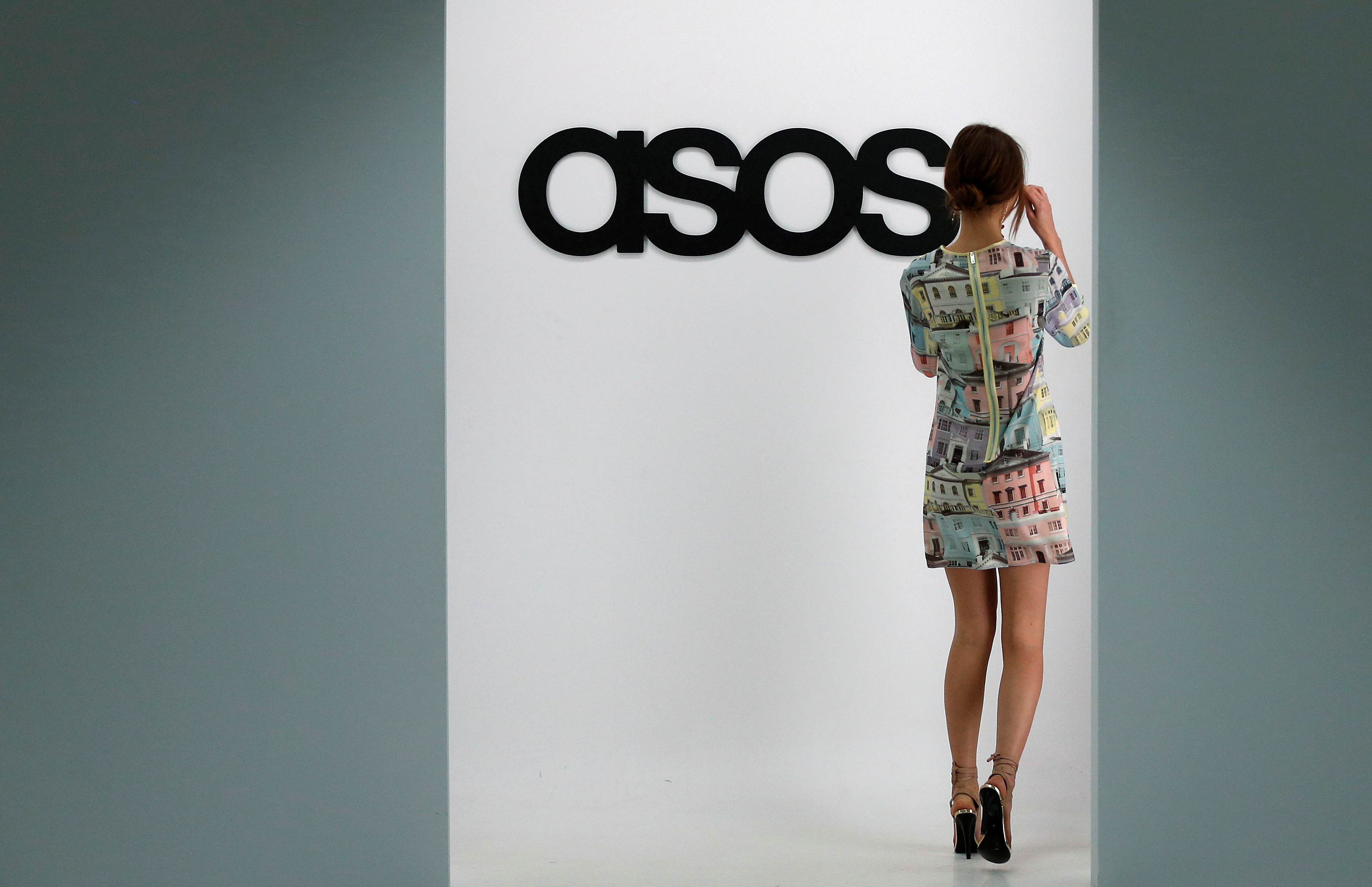 A model walks on an in-house catwalk at the headquarters of British online fashion retailer ASOS in London, Britain, April 1, 2014. REUTERS/Suzanne Plunkett//File Photo