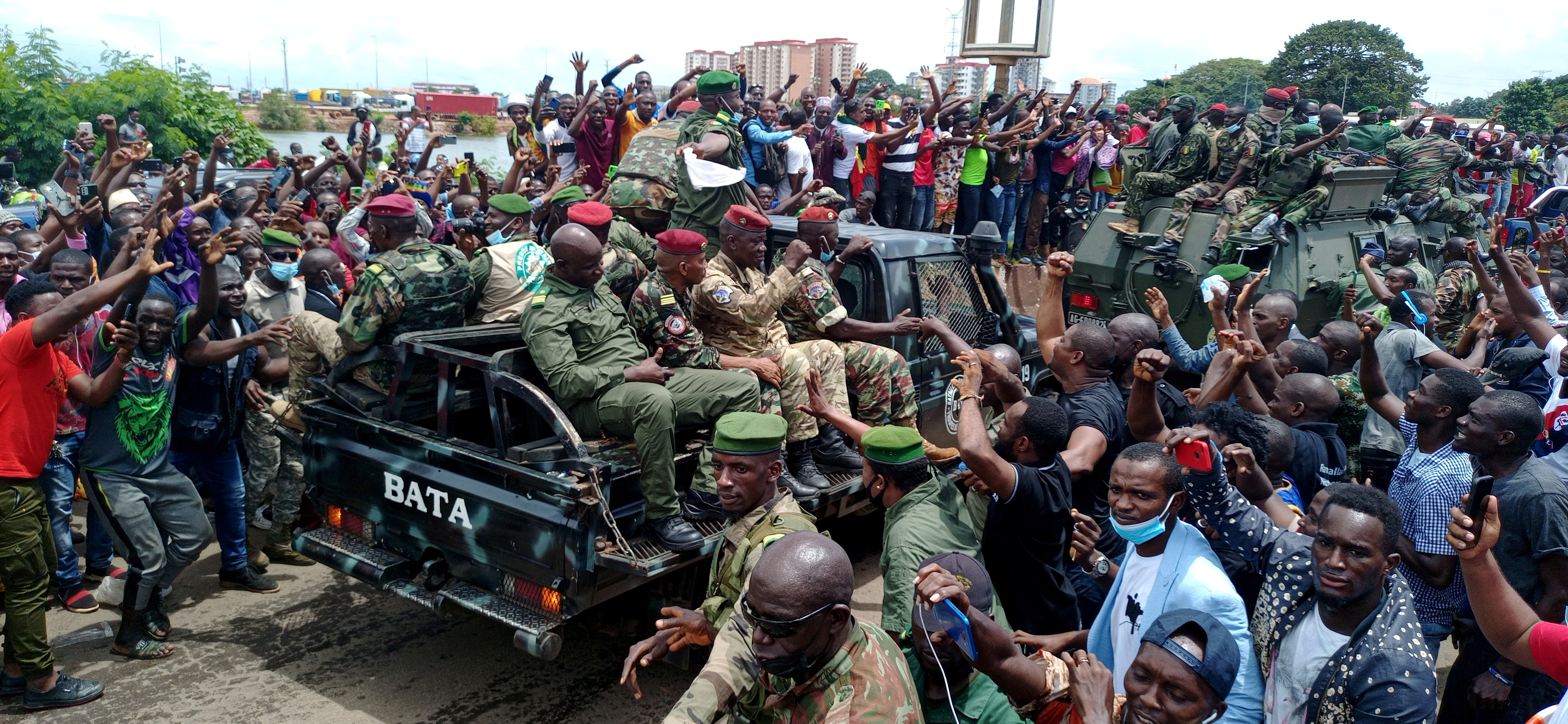Residents cheer on army soldiers after the uprising that led to the toppling of president Alpha Conde in Kaloum neighbourhood of Conakry, Guinea September 6, 2021 REUTERS/Souleymane Camara NO RESALES. NO ARCHIVES