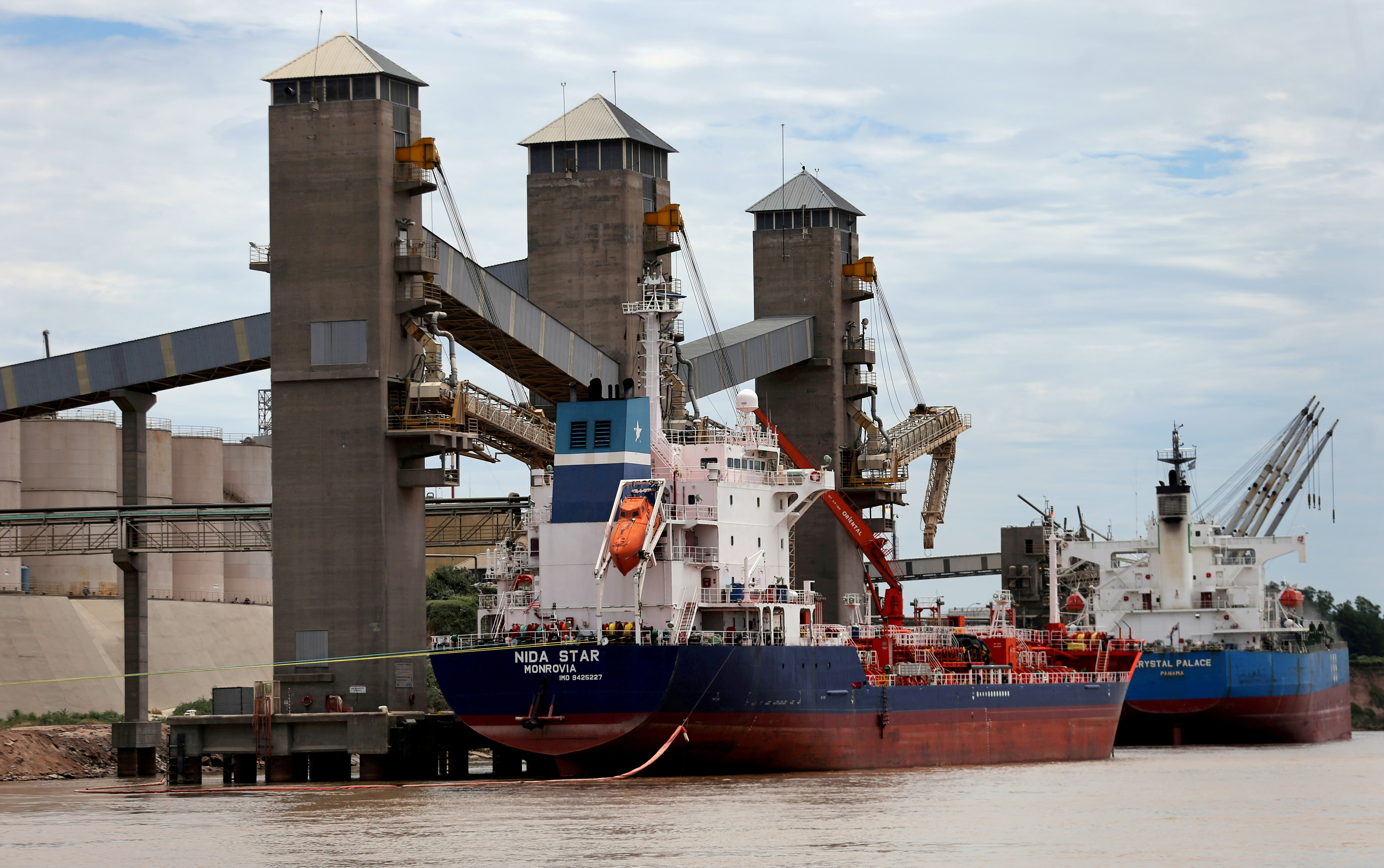 Grain is loaded onto ships for export at a port on the Parana river near Rosario, Argentina, January 31, 2017.  REUTERS/Marcos Brindicci/File Photo