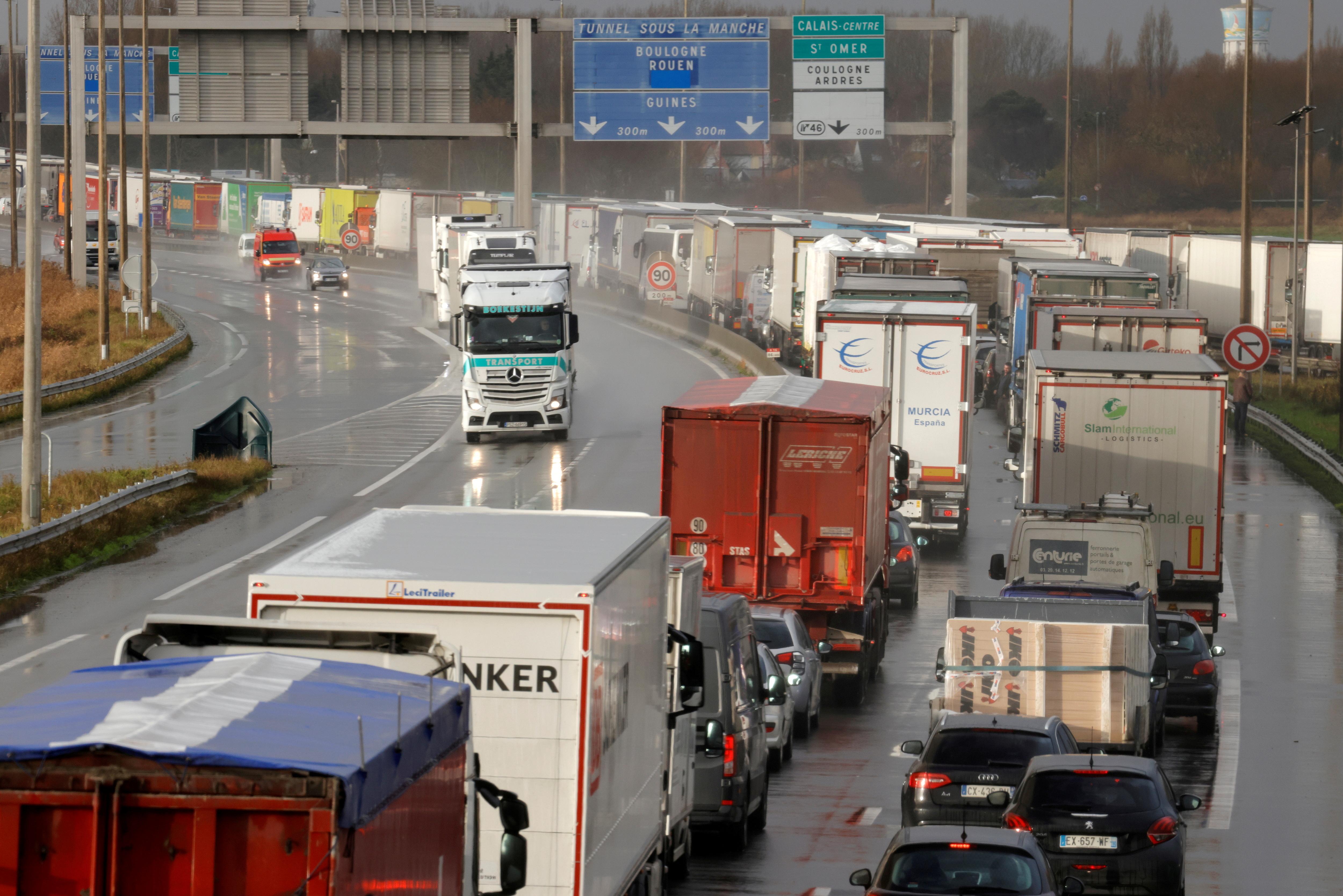 Lastebiler kø på motorveien A16 for å komme inn i Kanaltunnelen i Calais, Nord-Frankrike, 17. desember 2020. REUTERS / Pascal Rossignol