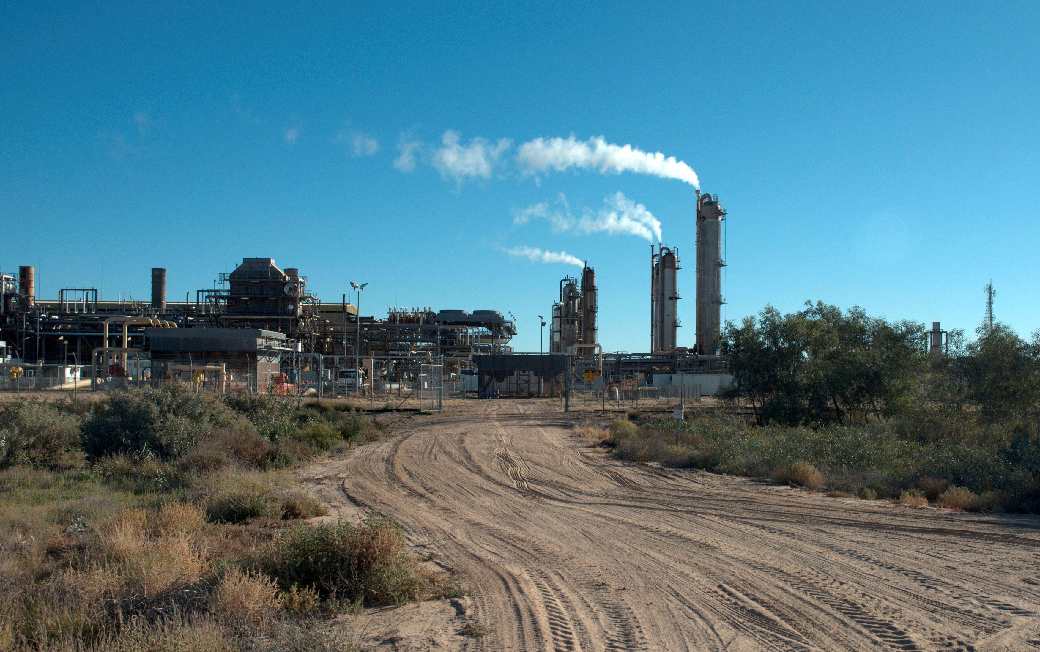 Santos-operated Moomba gas plant is seen outside Moomba, South Australia May 17, 2012.   REUTERS/Rebekah Kebede