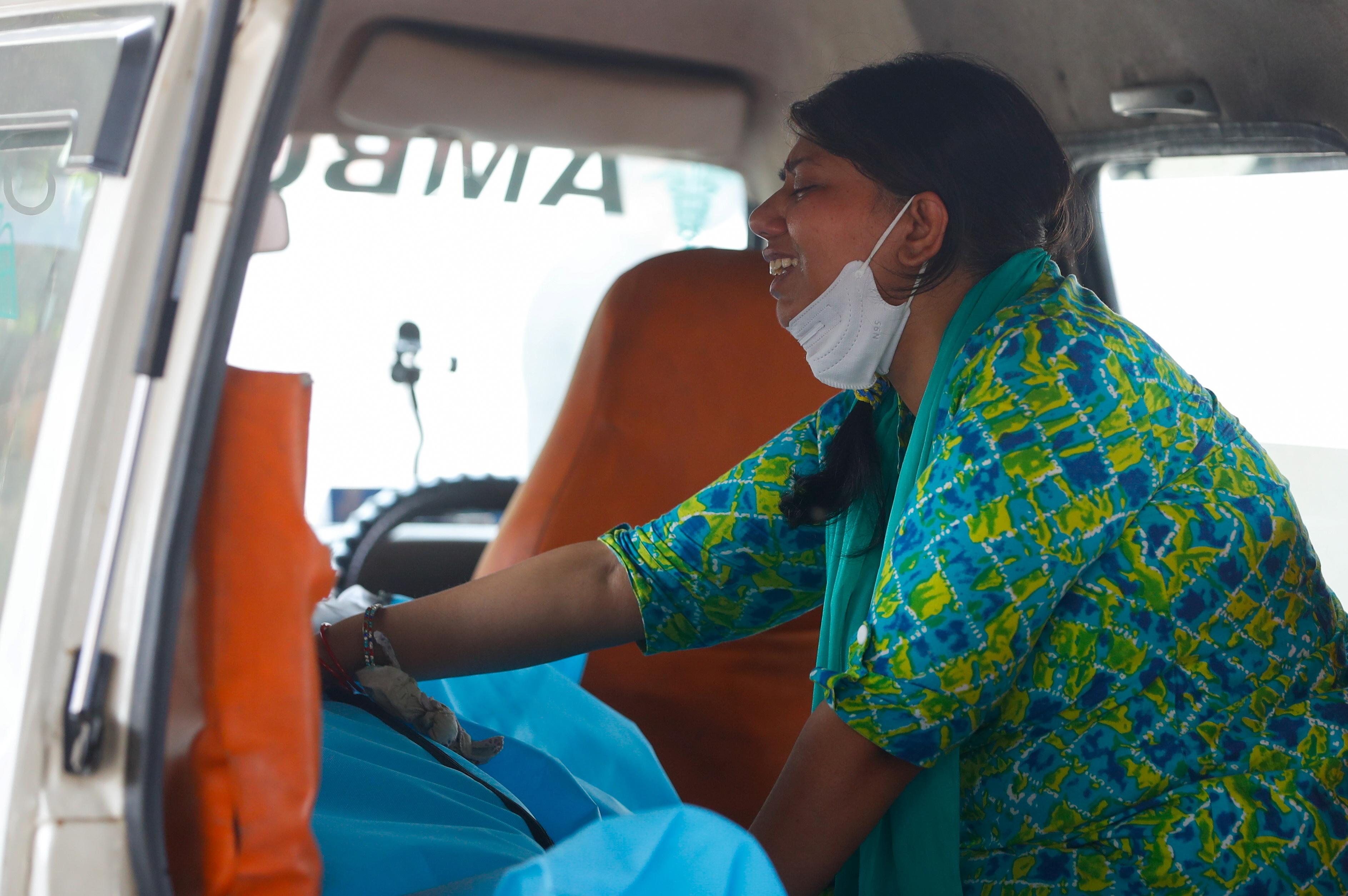 Аанчал Шарма плаче над тілом свого чоловіка, який помер від коронавірусної хвороби (COVID-19), у кареті швидкої допомоги на землі крематорію в Нью-Делі, Індія, 30 квітня 2021 р. REUTERS / Аднан Абіді