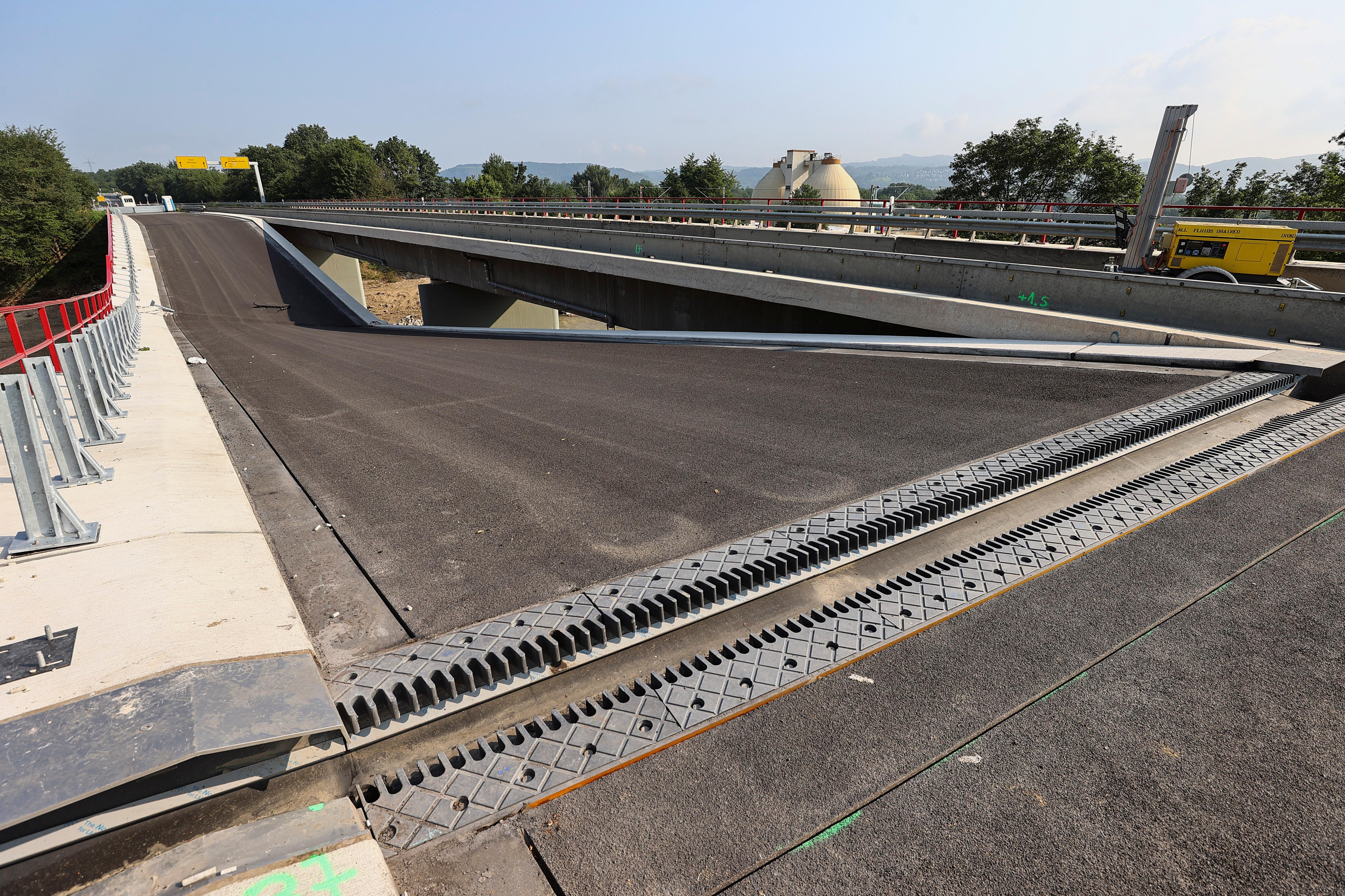 En ødelagt bro på B9 riksvei sees i et område som er rammet av flom forårsaket av kraftige nedbørsmengder, i Sinzig, Tyskland, 20. juli 2021. REUTERS / Wolfgang Rattay