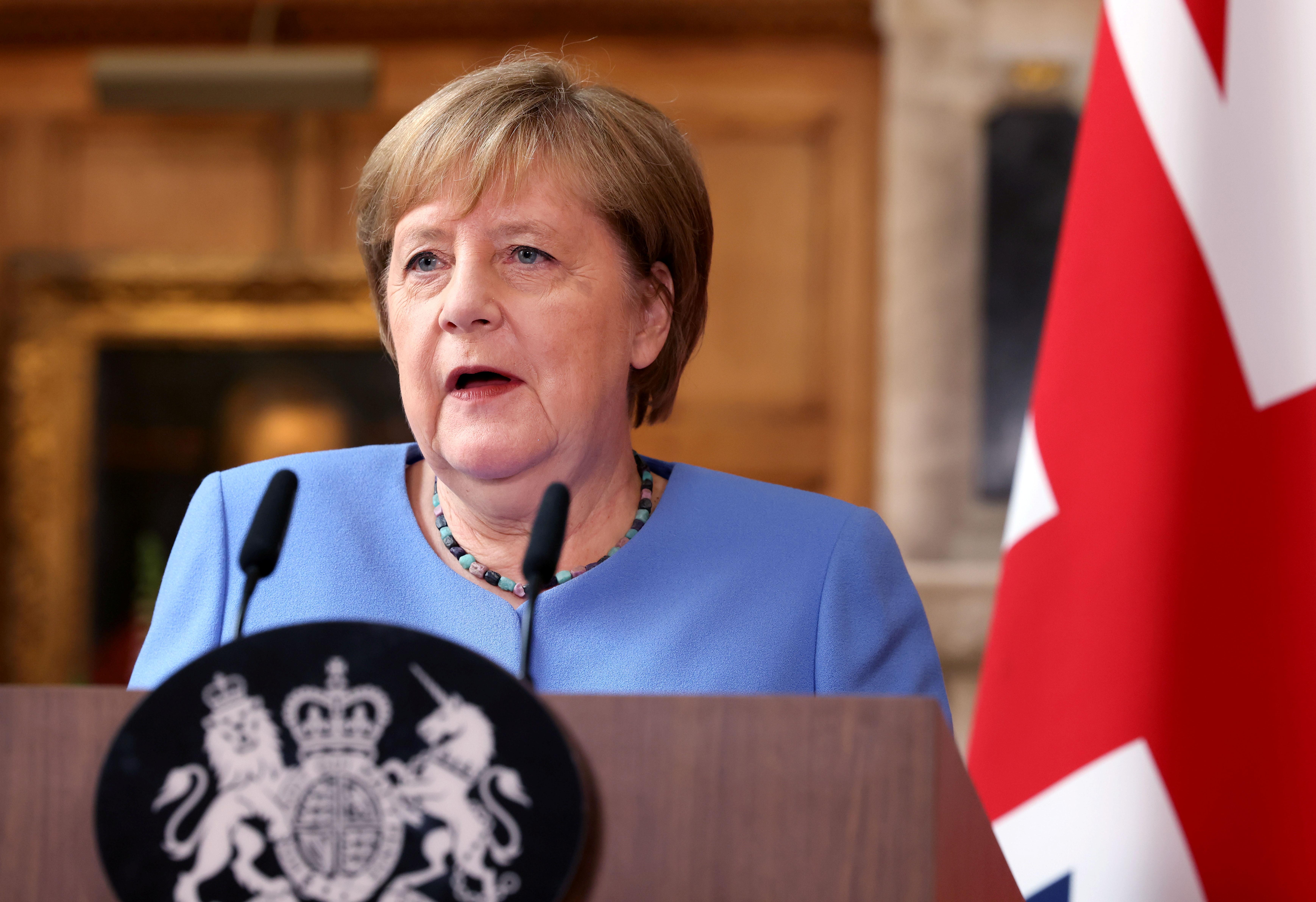 La cancellera alemanya Angela Merkel assisteix a una conferència de premsa conjunta amb el primer ministre britànic Boris Johnson a Checkers, la residència oficial del primer ministre, a Buckinghamshire, Gran Bretanya, el 2 de juliol de 2021. Jonathan Buckmaster / Pool a través de REUTERS