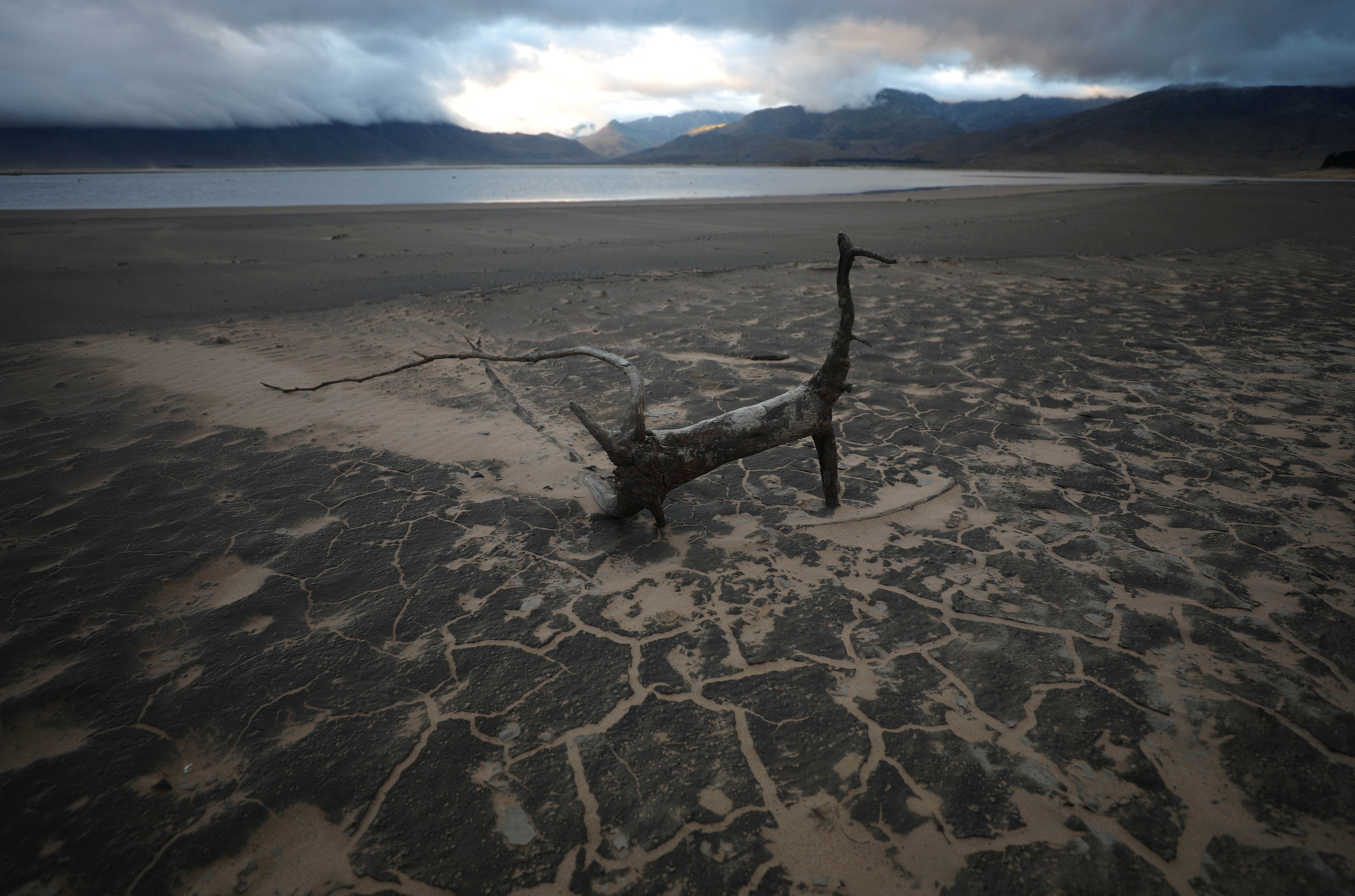 Sand blows across a normally submerged area at Theewaterskloof dam near Cape Town, South Africa, January 20, 2018.  REUTERS/Mike Hutchings/File Photo