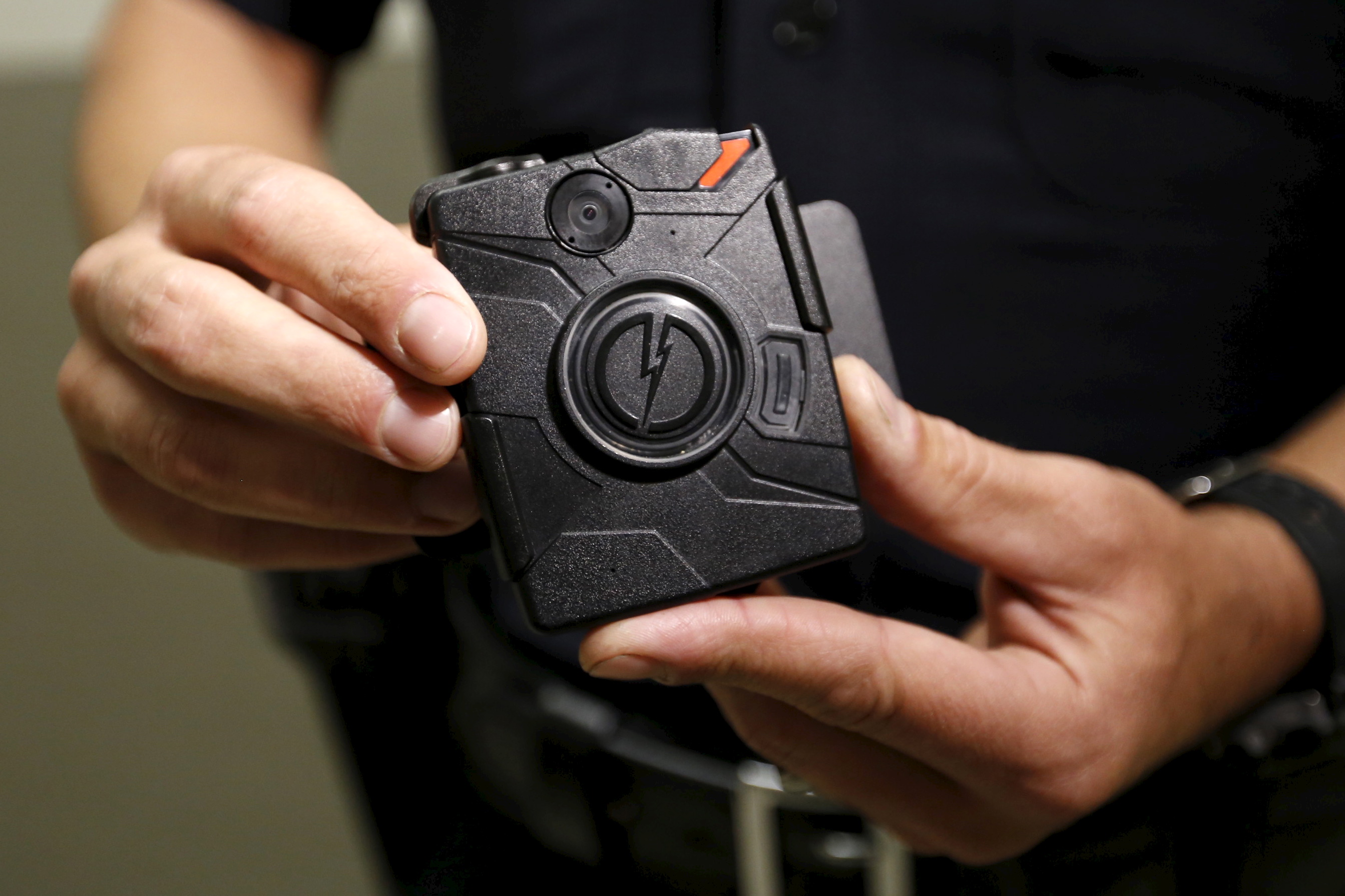 Los Angeles Police Department (LAPD) information technology bureau officer Jim Stover displays the new body cameras to be used by the LAPD in Los Angeles, California August 31, 2015.  REUTERS/Al Seib/Pool/Files