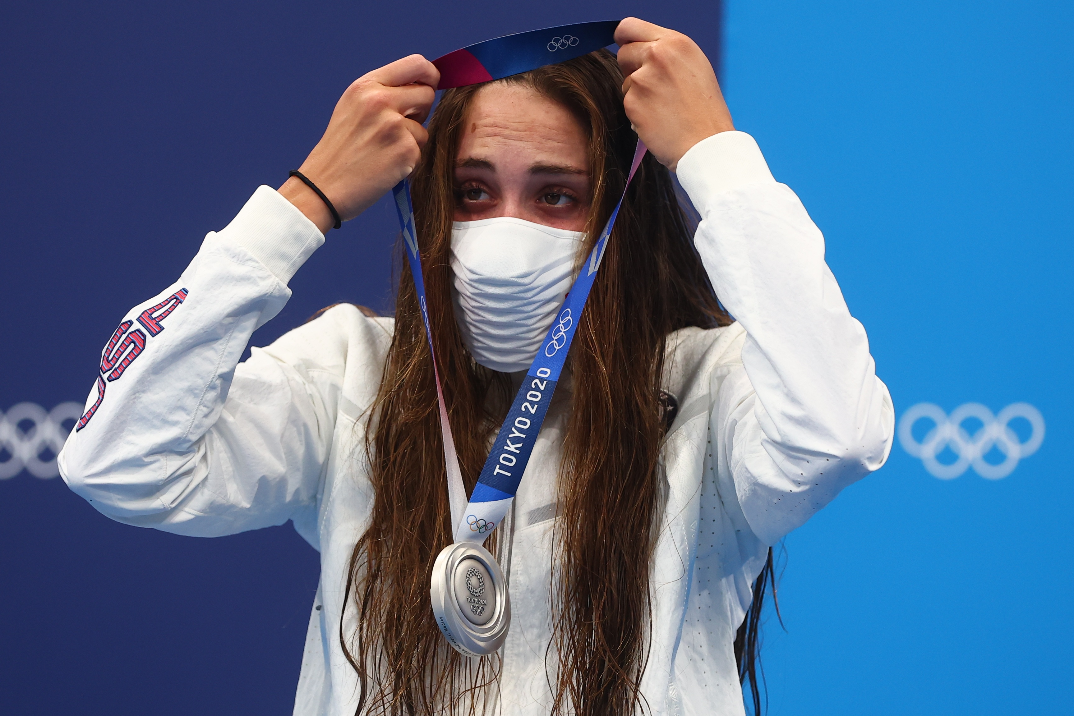 Tokyo 2020 Olympics - Swimming - Women's 400m Individual Medley - Medal Ceremony - Tokyo Aquatics Centre - Tokyo, Japan - July 25, 2021. Silver medalist Emma Weyant of the United States wears a face mask on the podium REUTERS/Kai Pfaffenbach