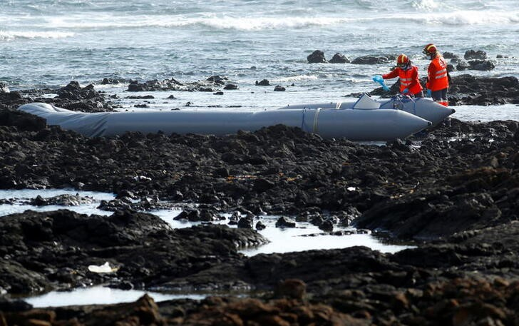 Rescue workers search for bodies after a boat with 46 migrants from the Maghreb region capsized in the beach of Orzola, in the Canary Island of Lanzarote, Spain June 18, 2021. REUTERS/Borja Suarez
