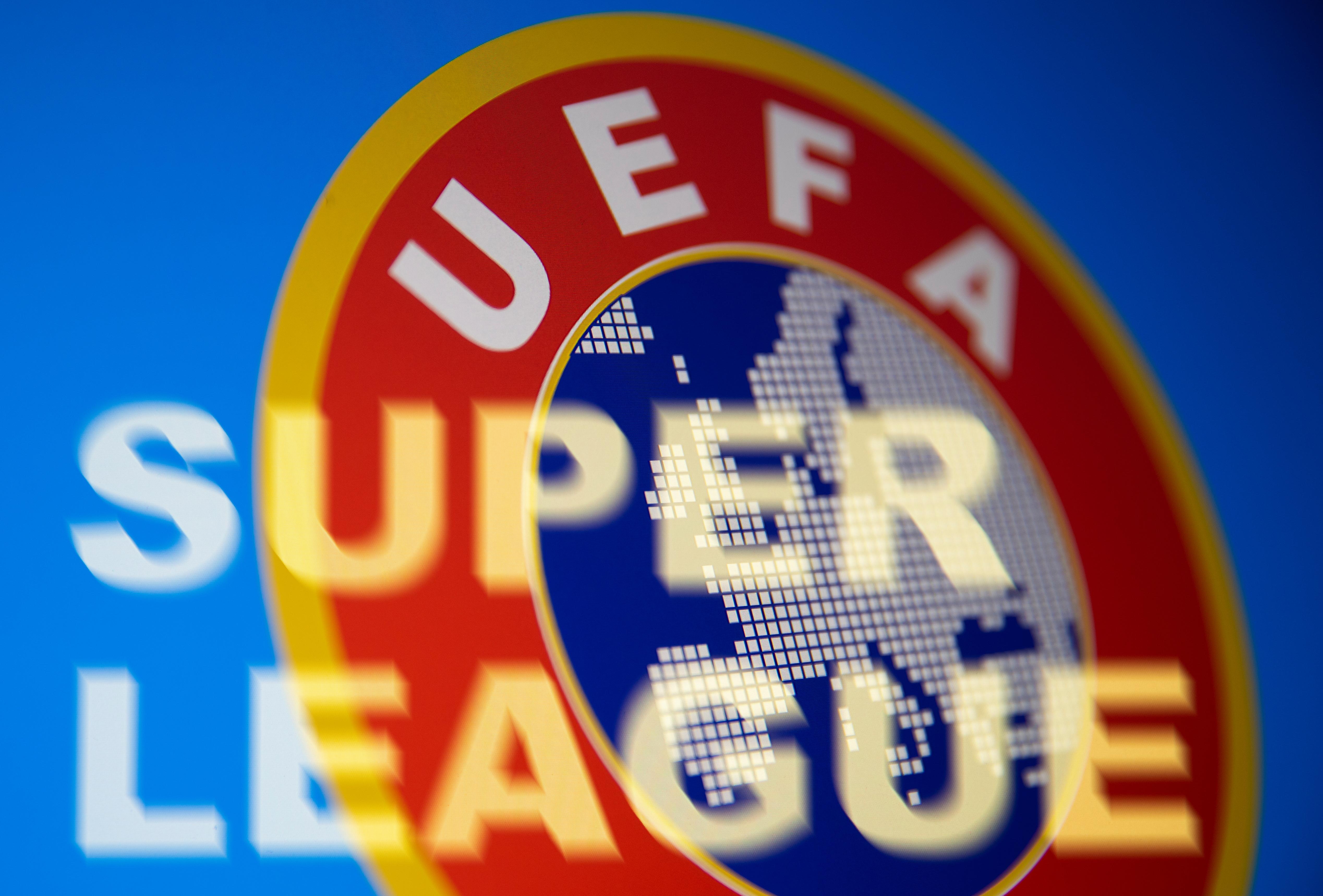 Dòng chữ Super League được nhìn thấy ở phía trước logo UEFA trong hình minh họa này được chụp vào ngày 19 tháng 4 năm 2021. REUTERS / Dado Ruvic / Hình minh họa