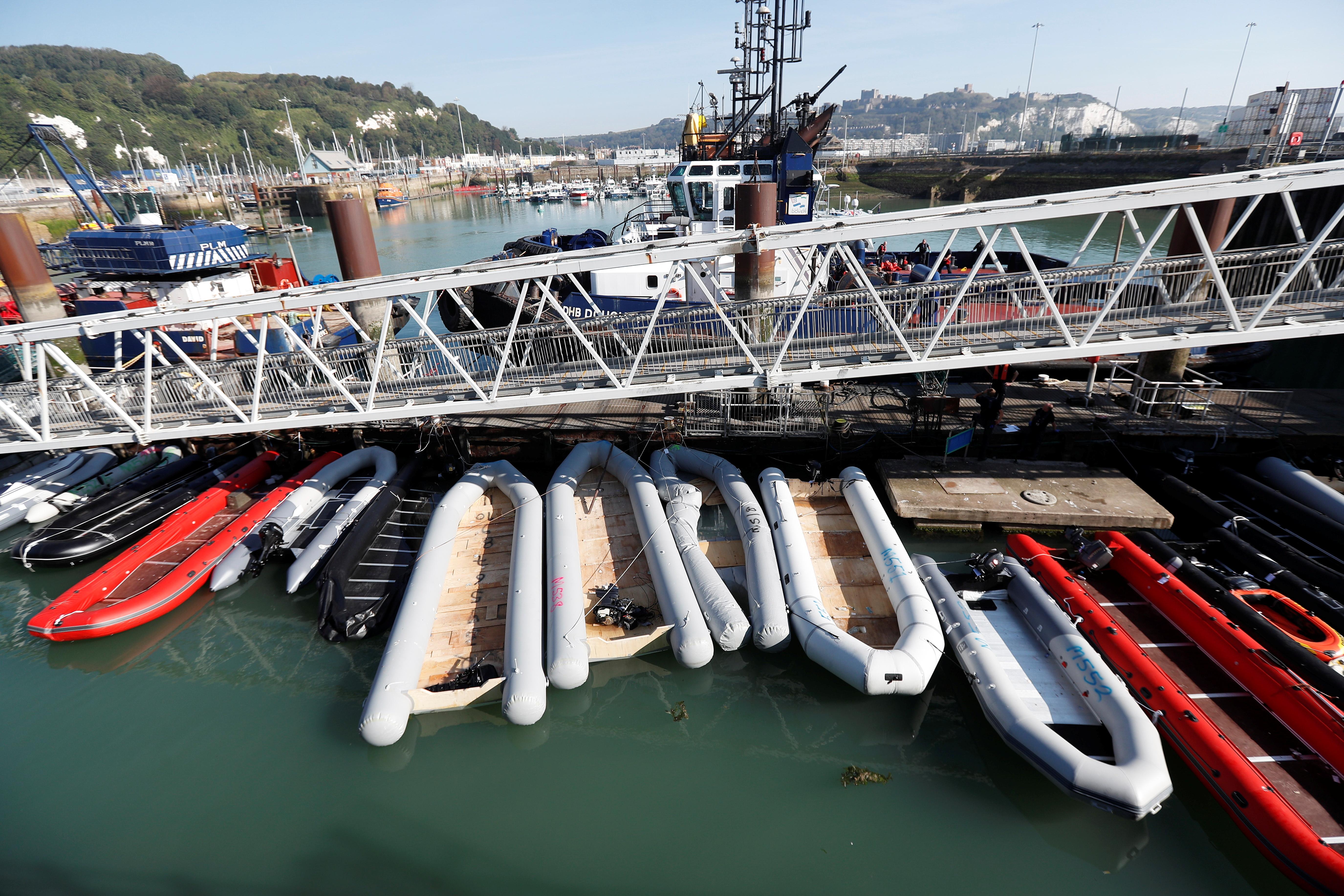Miqrantların kanalı keçmək üçün istifadə etdikləri şişmə gəmilər İngiltərənin Dover limanında görünür, 8 sentyabr 2021. REUTERS/Peter Nicholls