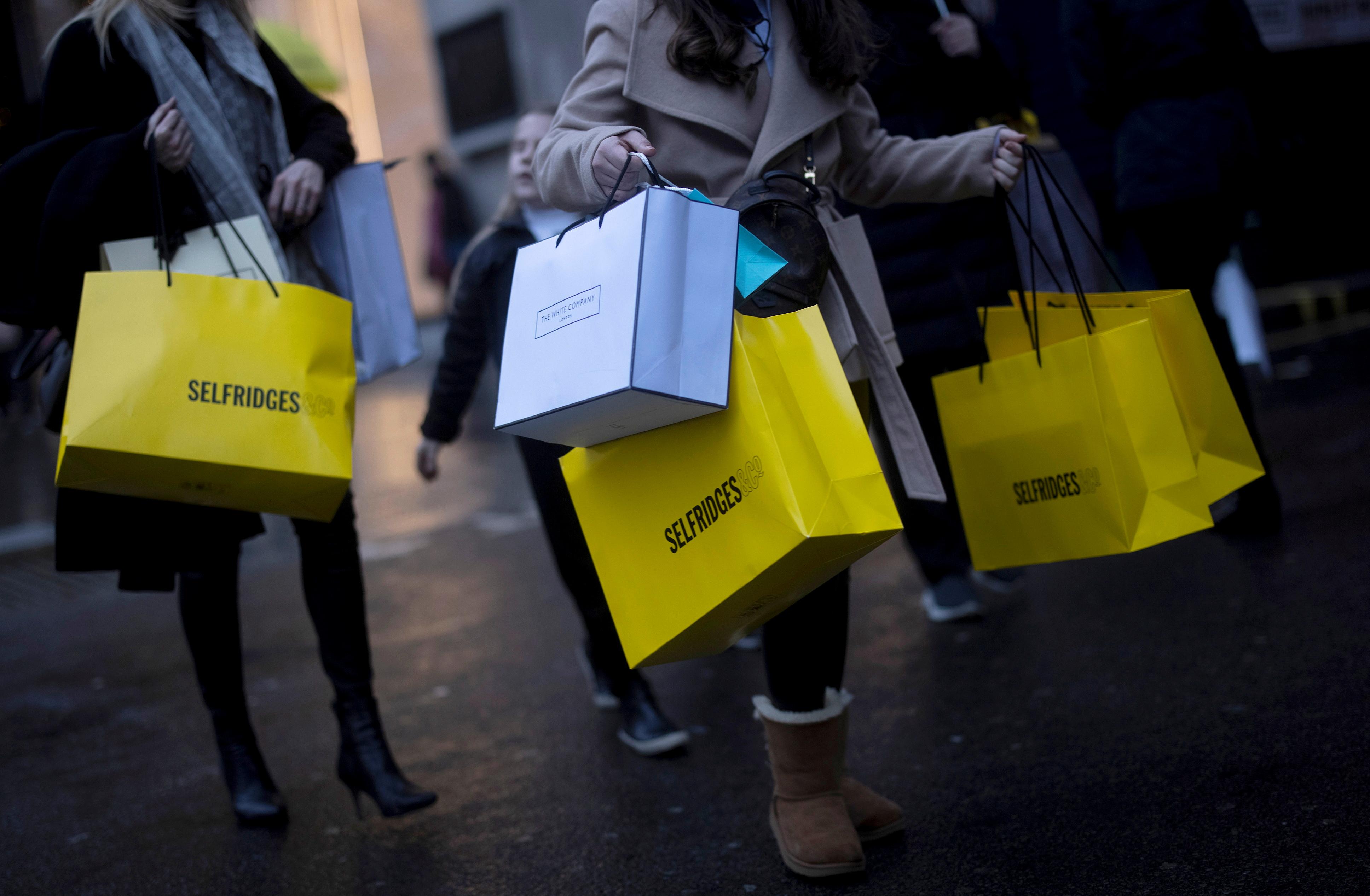 Shoppers walk down Oxford Street, amid the coronavirus disease (COVID-19) outbreak in London, Britain, December 13, 2020. REUTERS/Simon Dawson/File Photo