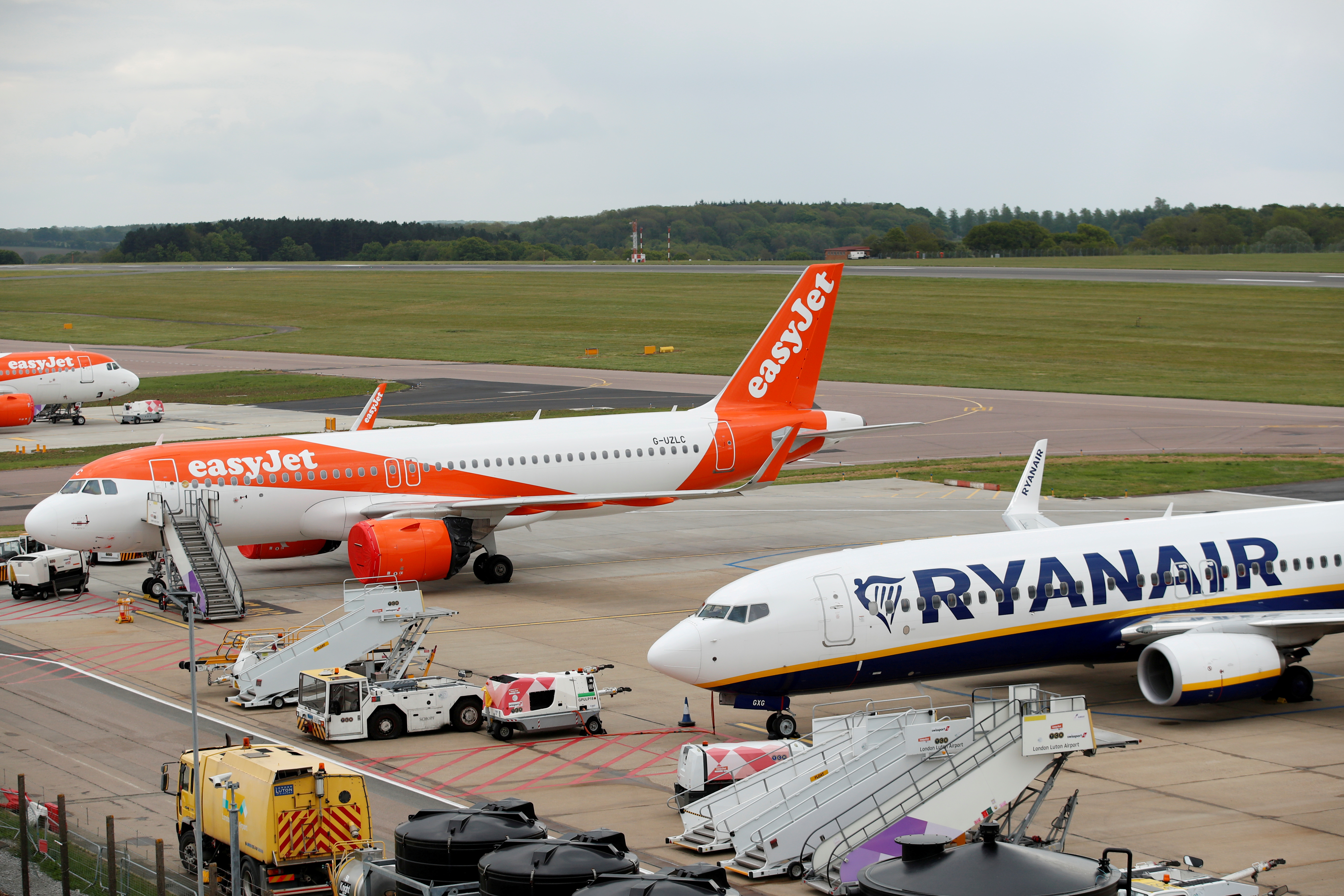 A Ryanair Boeing 737 and and an Easyjet Airbus A320 are seen at Luton Airport, Britain, April 26, 2020. REUTERS/Andrew Boyers/File Photo