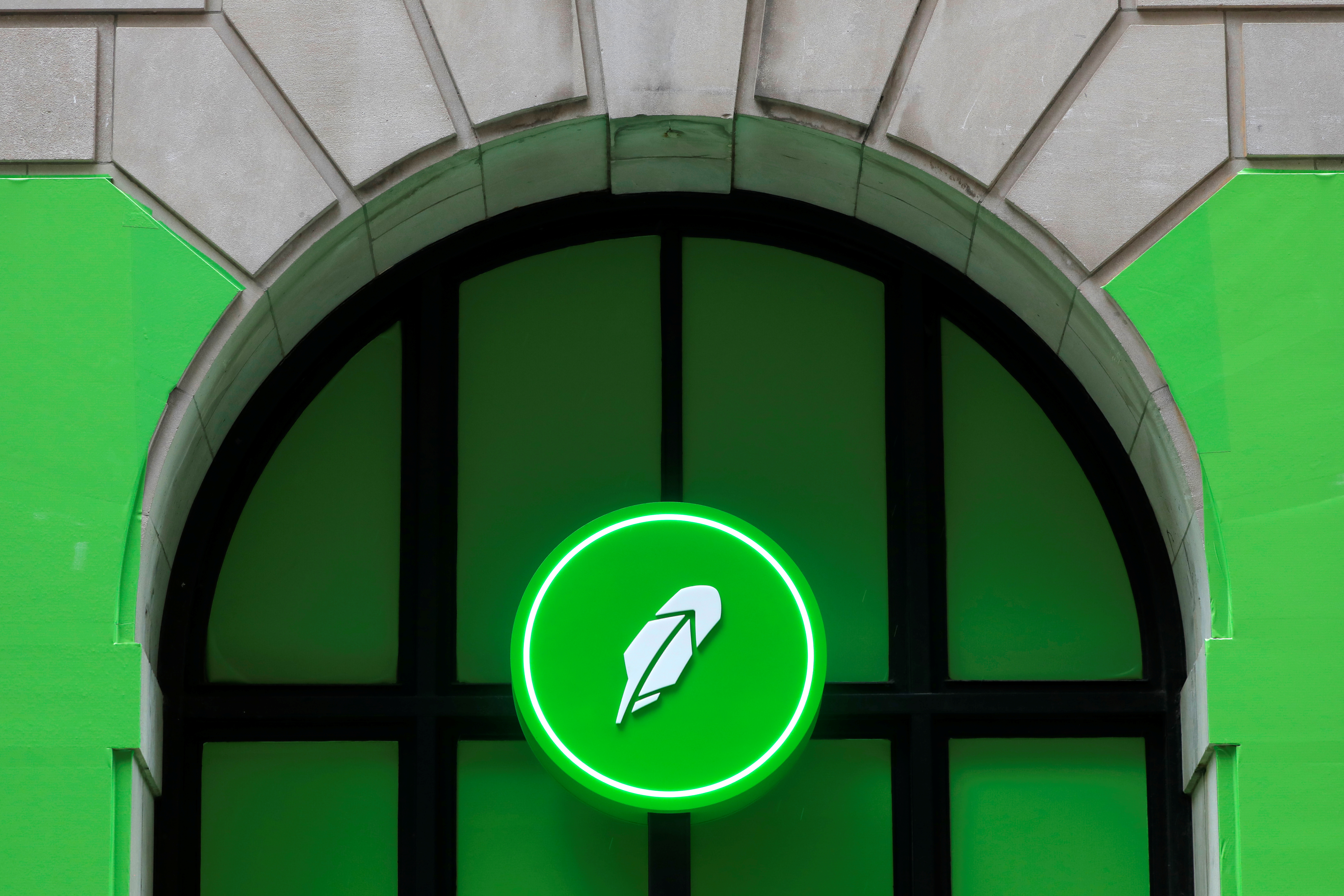 The logo of Robinhood Markets, Inc. is seen at a pop-up event on Wall Street after the company's IPO in New York City, U.S., July 29, 2021.  REUTERS/Andrew Kelly