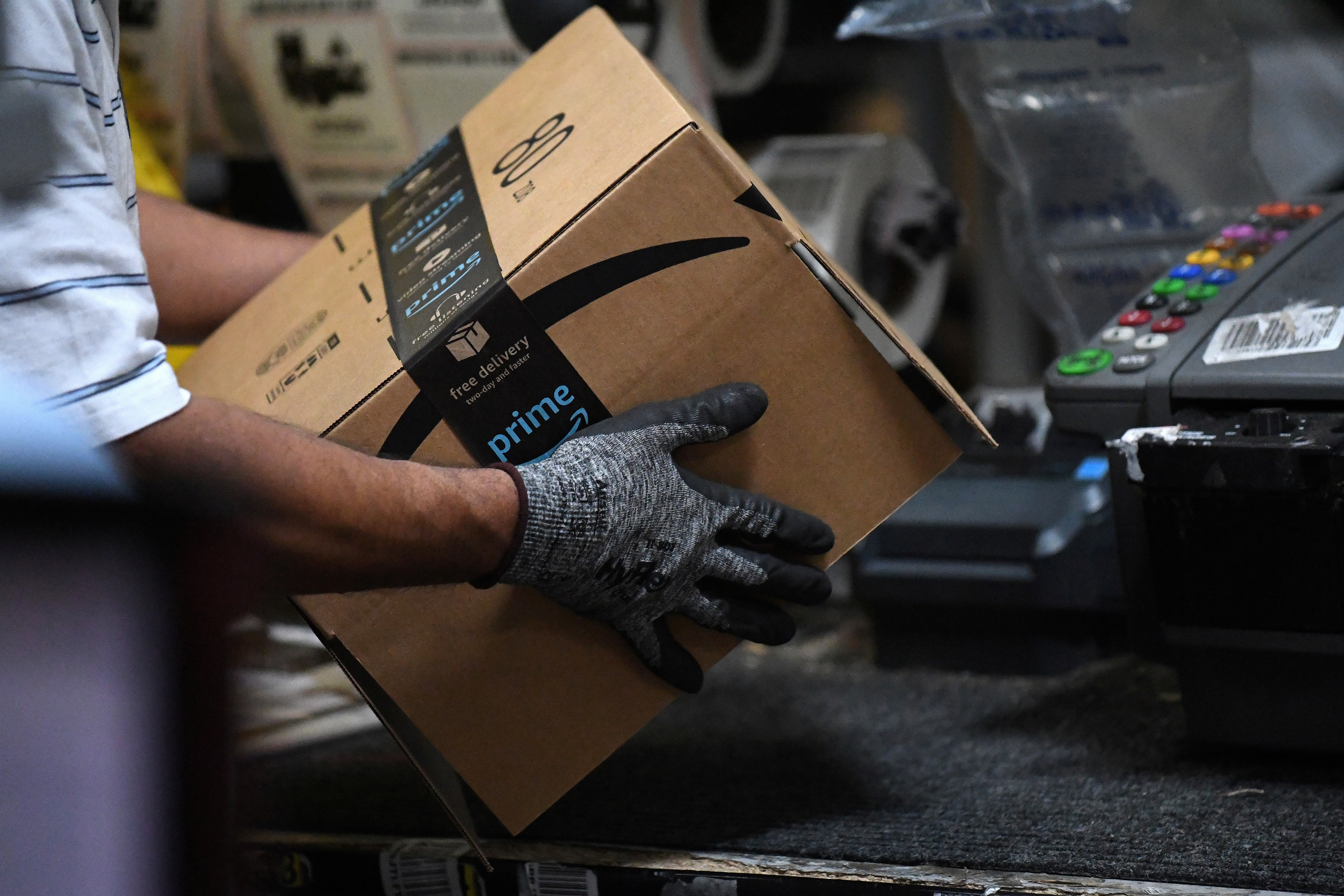 A worker assembles a box for delivery at the Amazon fulfillment center in Baltimore, Maryland, U.S., April 30, 2019. REUTERS/Clodagh Kilcoyne/File Photo