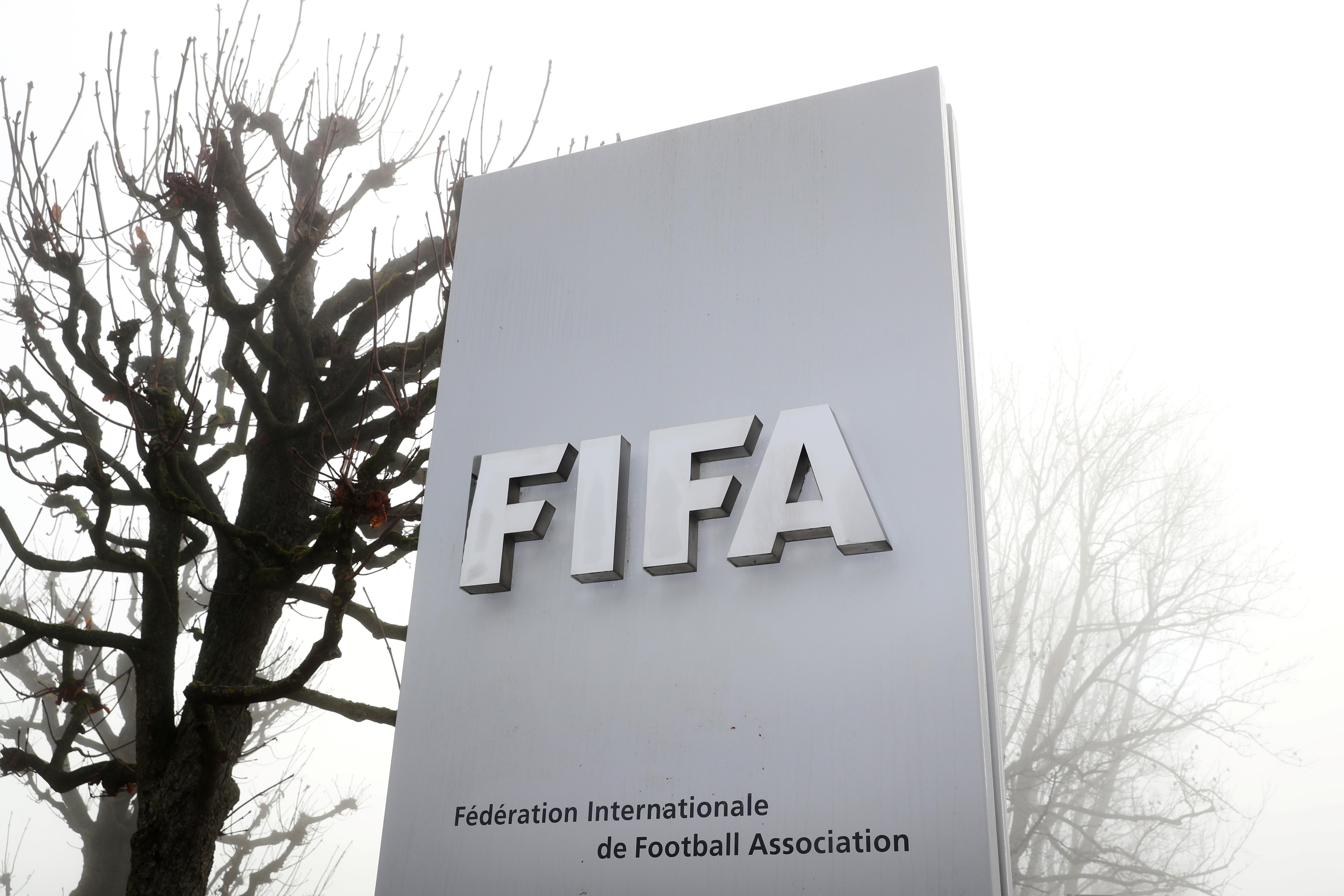 Das Logo der FIFA ist an einem nebligen Herbsttag in Zürich, Schweiz, 18. November 2020 vor ihrem Hauptsitz zu sehen. REUTERS/Arnd Wiegmann