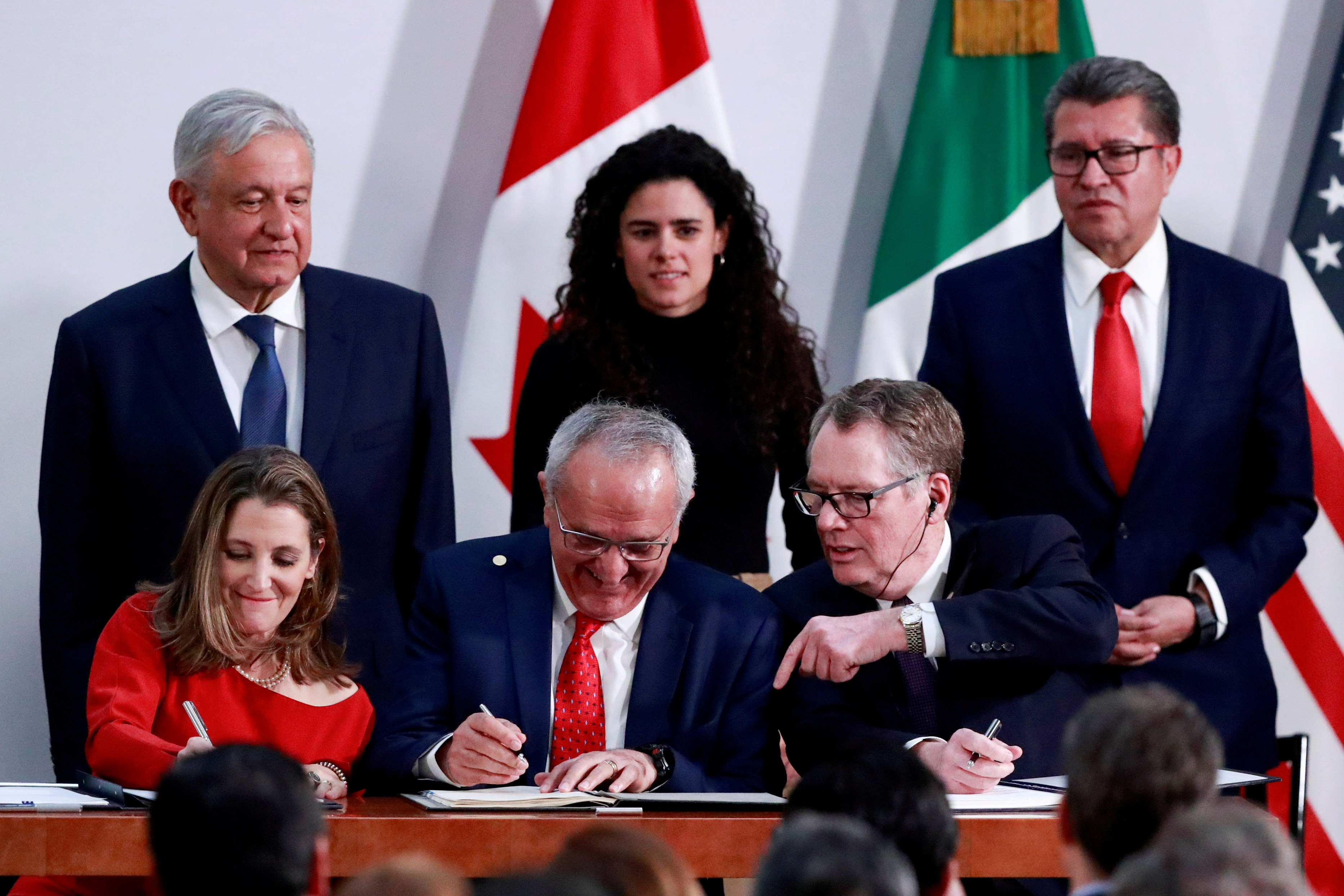 Mexico's President Andres Manuel Lopez Obrador looks on as Canadian Deputy Prime Minister Chrystia Freeland, Mexican Deputy Foreign Minister for North America Jesus Seade, and U.S. Trade Representative Robert Lighthizer sign documents during a meeting at the Presidential Palace, in Mexico City, Mexico December 10, 2019. REUTERS/Henry Romero/File Photo