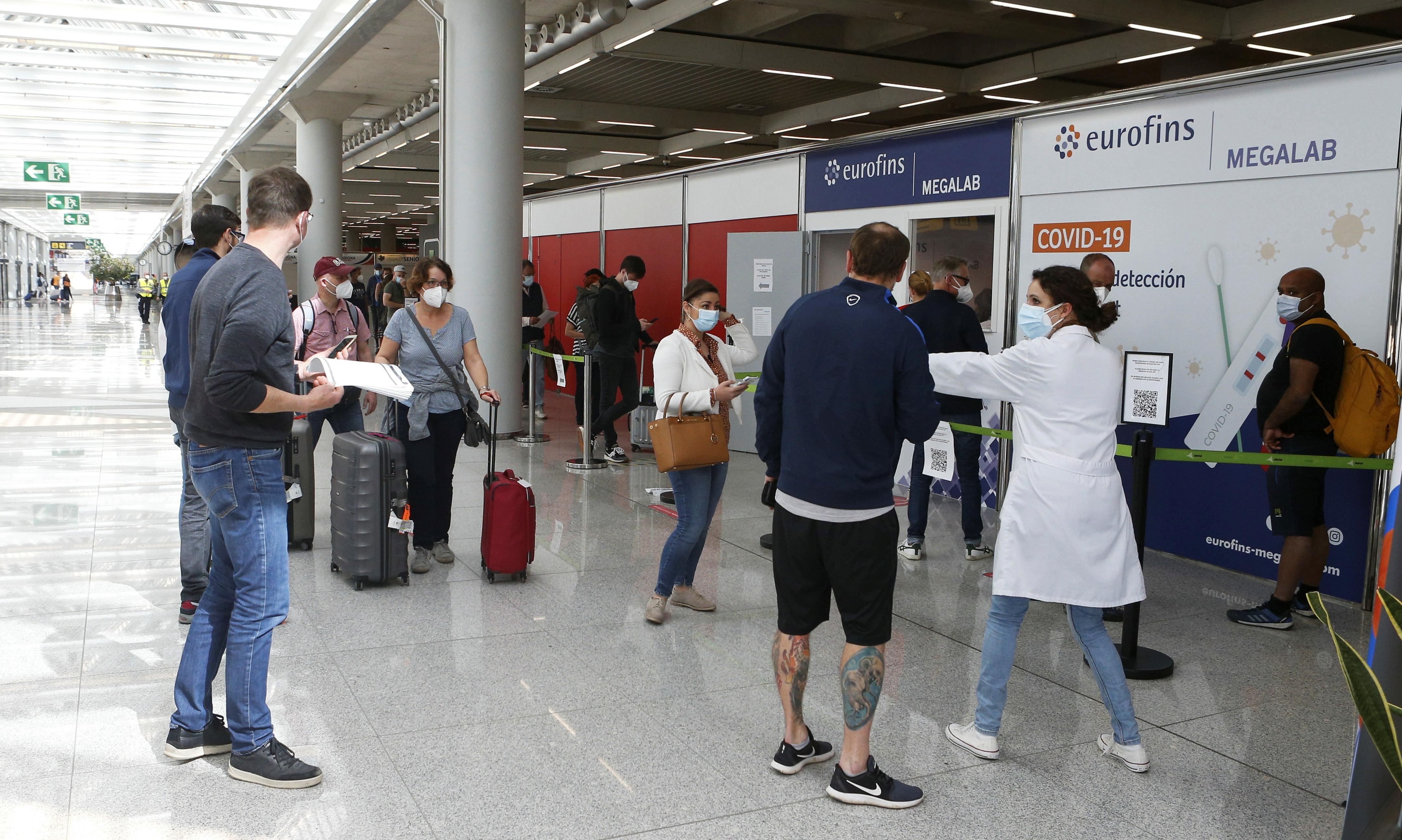 Οι επιβάτες περιμένουν στην ουρά έξω από έναν χώρο δοκιμών για μια νόσο κοραναϊού (COVID-19) στο αεροδρόμιο Son Sant Joan στην Πάλμα ντε Μαγιόρκα, πριν από τις γιορτές του Πάσχα, Ισπανία, 1 Απριλίου 2021. REUTERS / Enrique Calvo