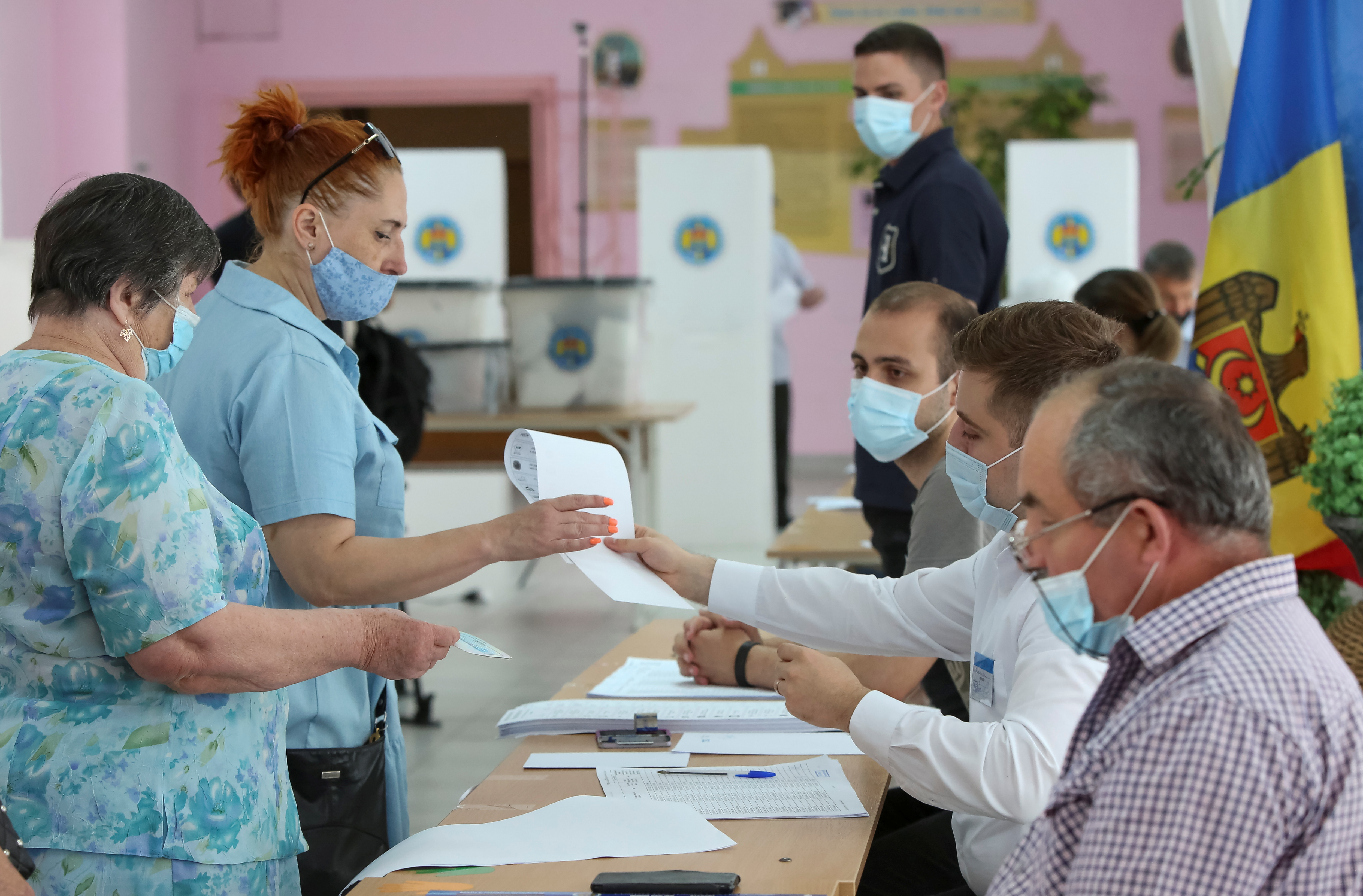 A xente fai cola para recibir papeletas durante unha votación nunhas eleccións parlamentarias rápidas, en Chisinau, Moldavia, o 11 de xullo de 2021. REUTERS / Vladislav Culiomza