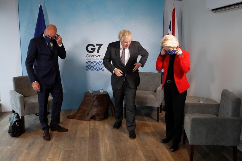 Storbritanniens premiärminister Boris Johnson, Europeiska kommissionens president Ursula von der Leyen och Europeiska rådets president Charles Michel tar bort sina skyddande ansiktsmasker när de möts under G7-toppmötet i Carbis Bay, Cornwall, Storbritannien, 12 juni 2021. REUTERS / Peter Nicholls / Pool