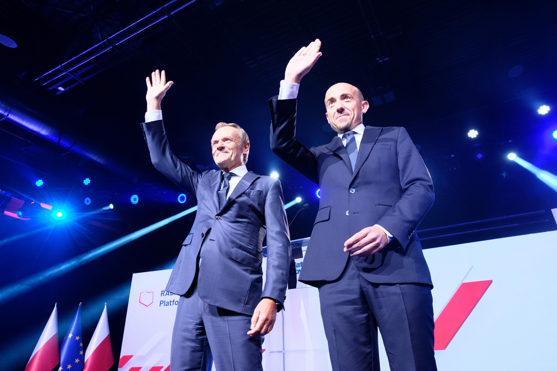 El ex presidente del Consejo Europeo, Donald Tusk, y el jefe de la Plataforma Cívica, Borys Budka, saludan a la audiencia durante una convención del partido de la principal Plataforma Cívica de la oposición en Varsovia, Polonia, el 3 de julio de 2021. Slawomir Kaminski / Agencja Gazeta via REUTERS