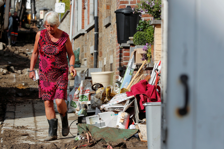 Mulher caminha em área afetada por fortes chuvas em Dinant, Bélgica, 25 de julho de 2021. REUTERS / Johanna Geron