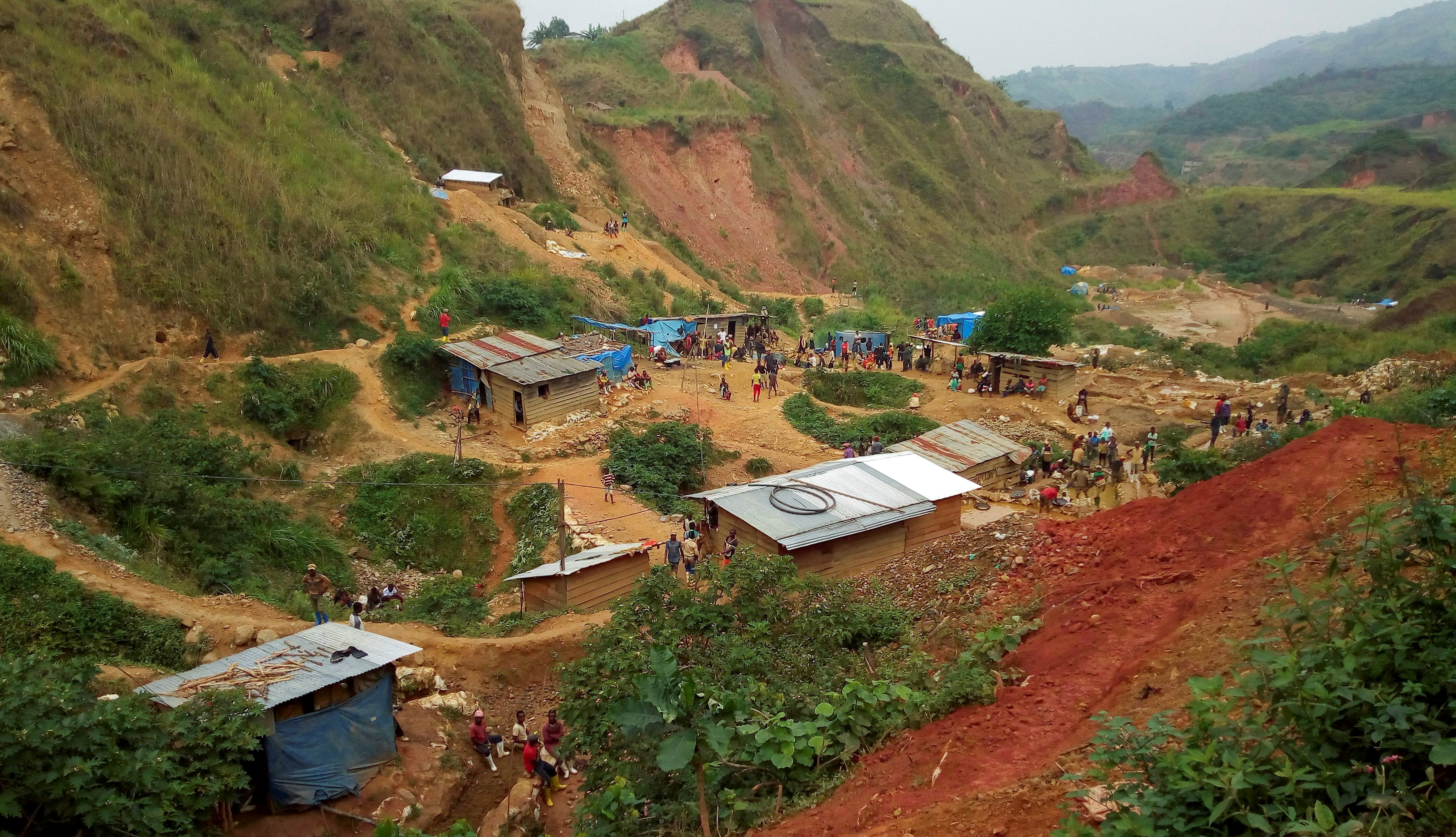 A general view shows miners at an artisanal gold mine near Kamituga in the east of the Democratic Republic of Congo, August 1, 2018. Picture taken August 1, 2018. REUTERS/Djaffar Al Katanty
