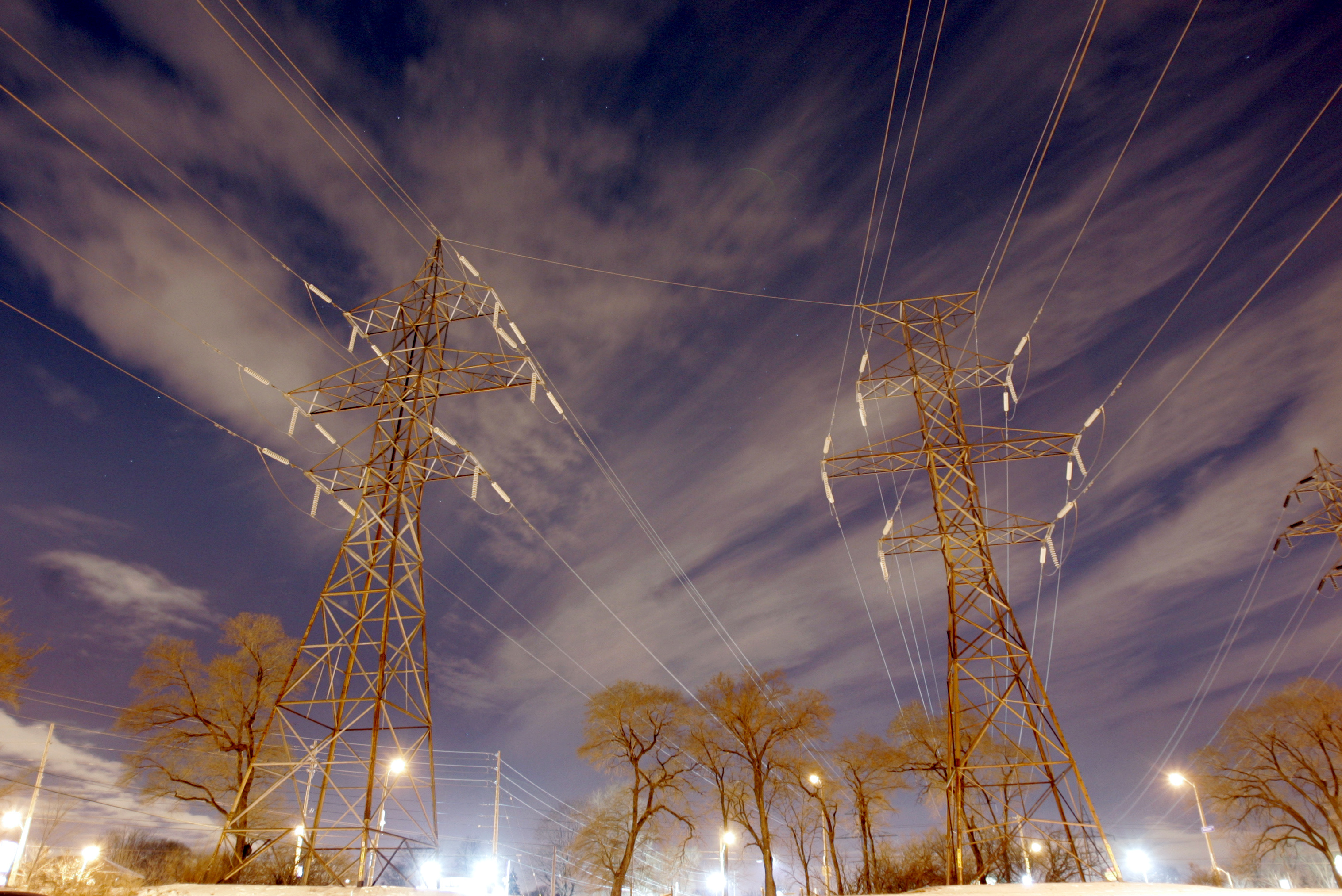 High voltage electrical power transmission lines are photographed at night in Toronto, February 9, 2007.     REUTERS/J.P. Moczulski (CANADA)/File Photo