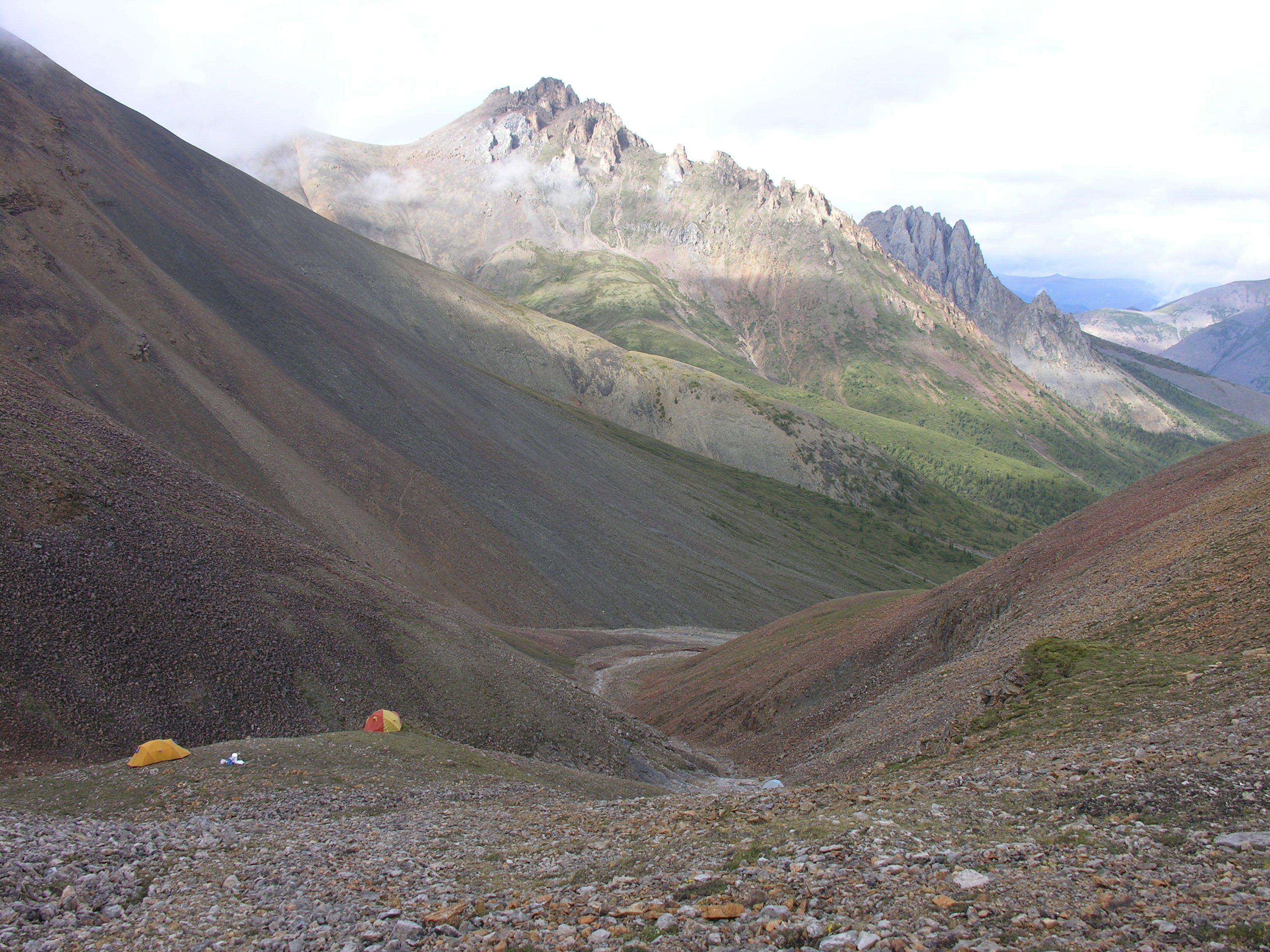 Các vị trí thực địa ở Lãnh thổ Tây Bắc của Canada, nơi có các hóa thạch đại diện cho đời sống động vật sớm nhất được biết đến?  bọt biển sống cách đây khoảng 890 triệu năm được tìm thấy ở địa hình đồi núi được nhìn thấy trong hình ảnh phát tay không ghi ngày tháng này.  Elizabeth Turner / Đại học Laurentian / Tài liệu phát qua REUTERS
