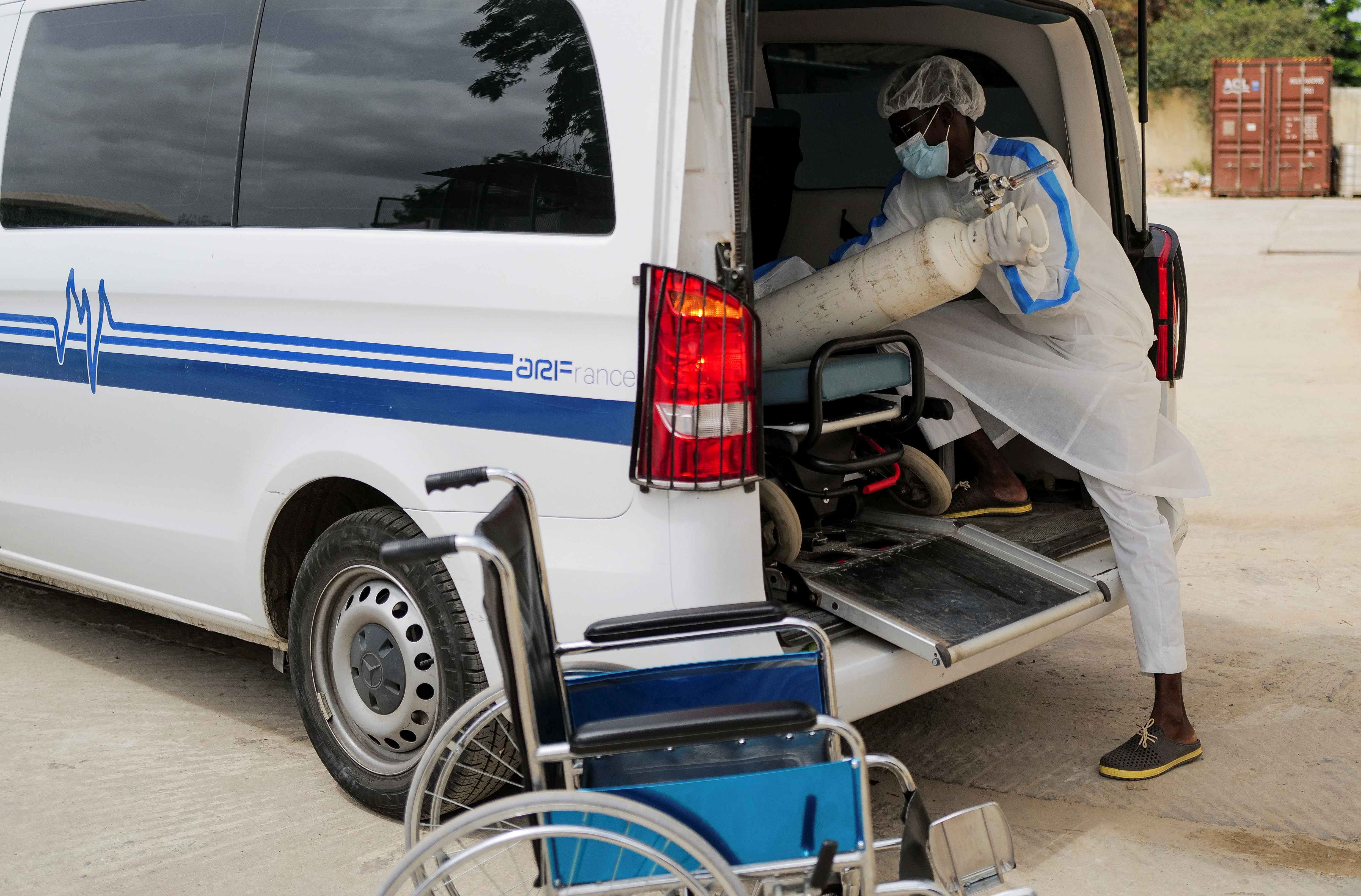A health worker loads an oxygen cylinder into an ambulance outside the infectious diseases department of the Fann University Hospital in Dakar, amid a surge of coronavirus disease (COVID-19) cases in Senegal July 28, 2021. Picture taken July 28, 2021.REUTERS/Zohra Bensemra