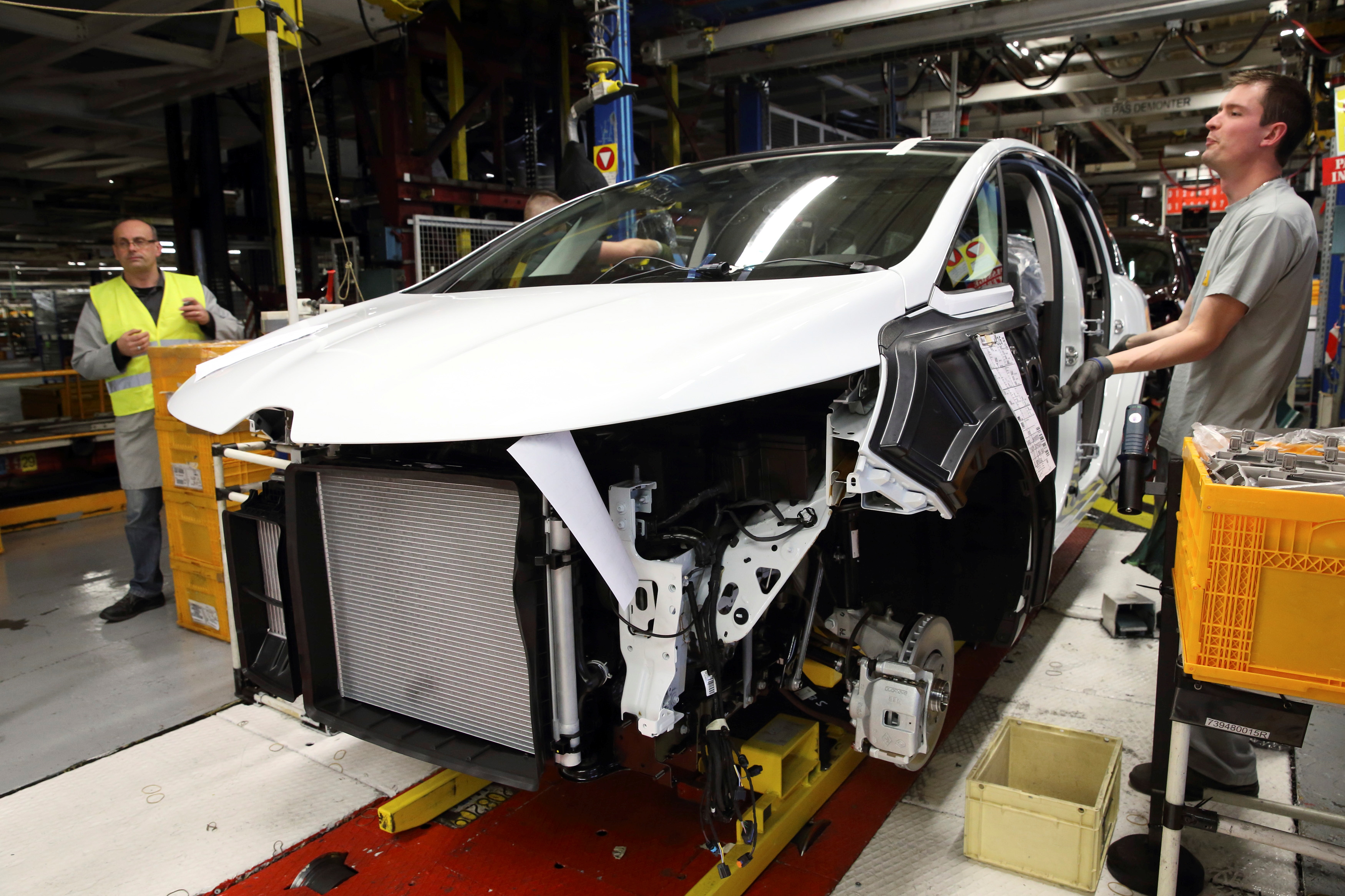 Employees work on the assembly line of the new Renault Espace car at the Renault automobile assembly plant in Douai, northern France, November 26, 2014.   REUTERS/Pascal Rossignol/File Photo