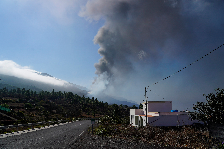 Smoke rises following the eruption of a volcano, in Tacande de Arriba, on the Canary Island of La Palma, Spain, September 30, 2021. REUTERS/Juan Medina