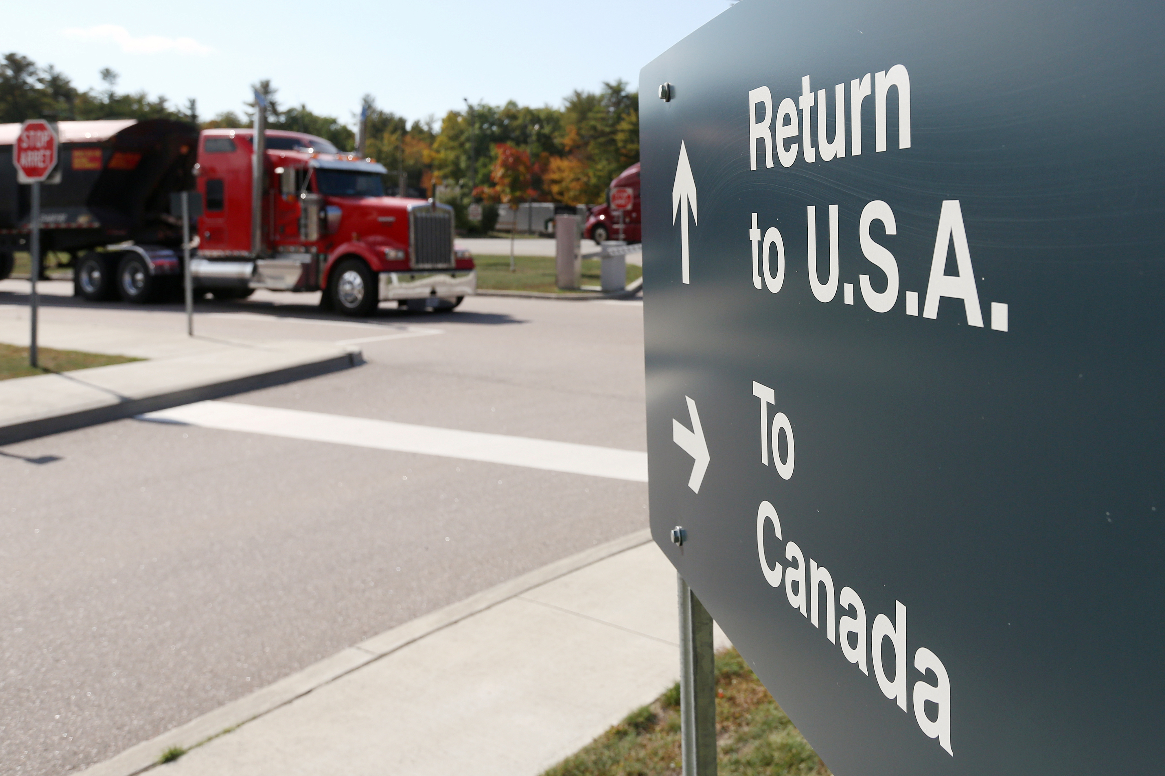 A truck leaves the Canada-United States border crossing at the Thousand Islands Bridge, which remains closed to non-essential traffic to combat the spread of the coronavirus disease (COVID-19) in Lansdowne, Ontario, Canada September 28, 2020.  REUTERS/Lars Hagberg